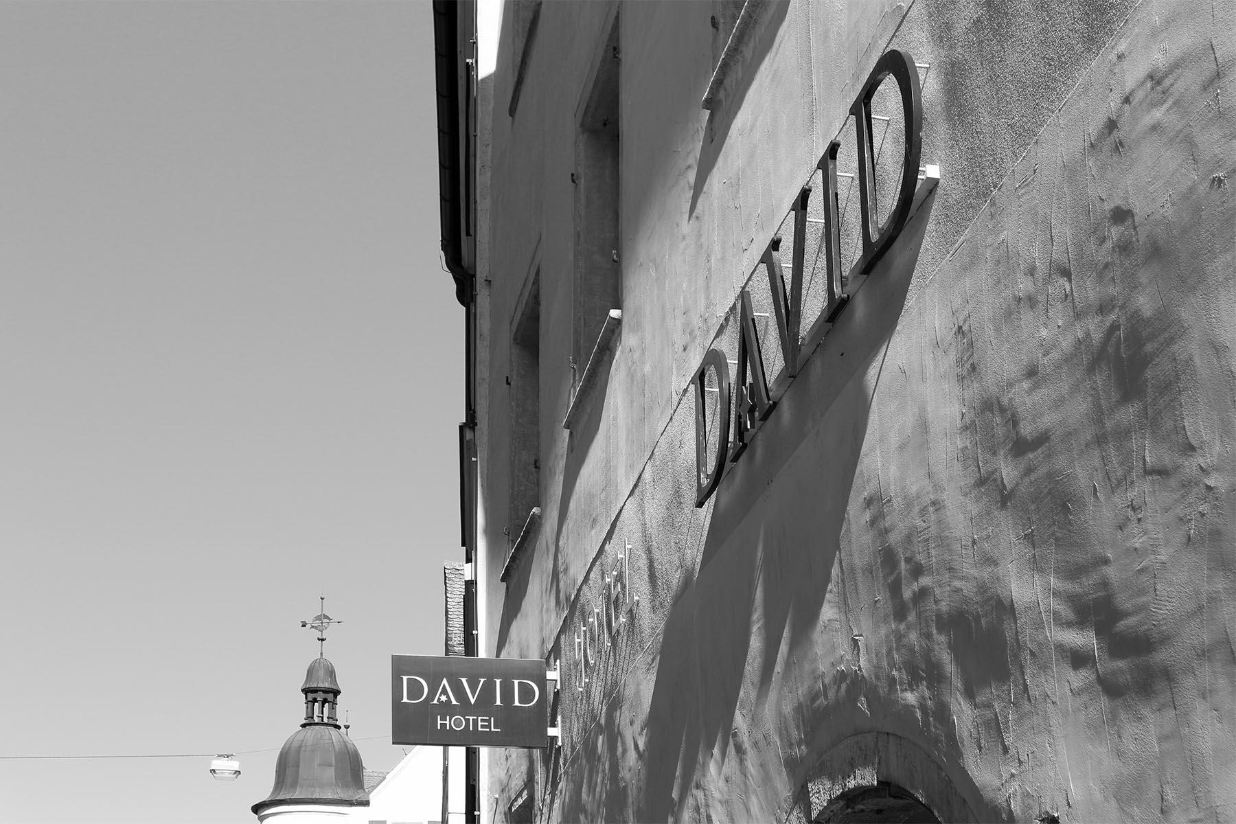 Zusammenspiel.  Aus Alt wird ... teilweise etwas Neues: das Hotel David aus dem 16. Jahrhundert war eine Kapelle, dann ein Wohnhaus und jetzt als Hotel David ein Boutiquehotel der besonderen Art –ein gelungenes Zusammenspiel der Epochen und Stile.