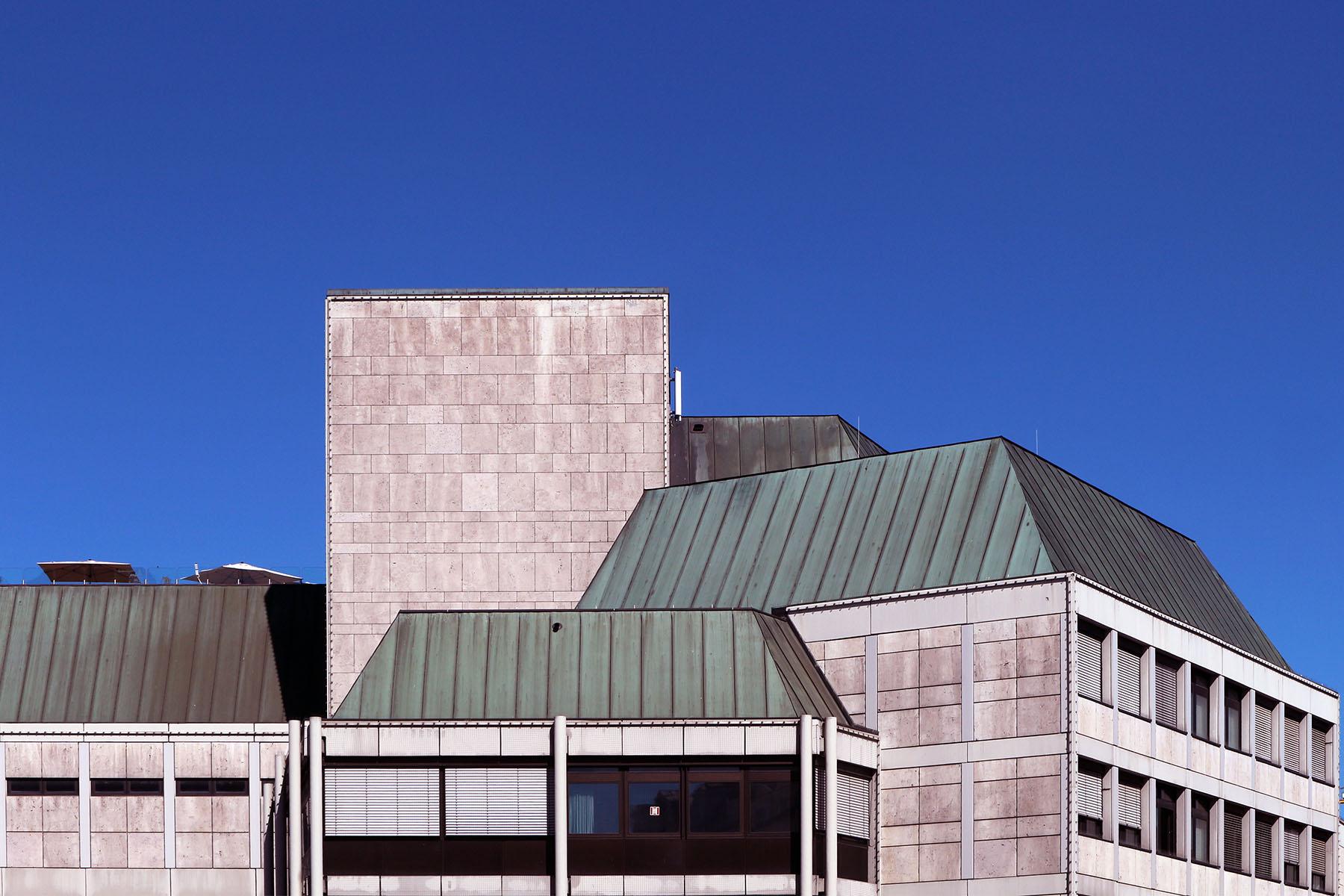 """Kaufhausburg.  Galeria Kaufhof (früher Horten) aus den 1970er-Jahren ist populär (weil zentral gelegen und mit breitem Sortiment) und unbeliebt zugleich (weil """"hässlich"""" und """"Bausünde""""). Kann man so sehen oder so: als Spiegel der Siebziger mit den damaligen Ansprüchen und Wünschen."""