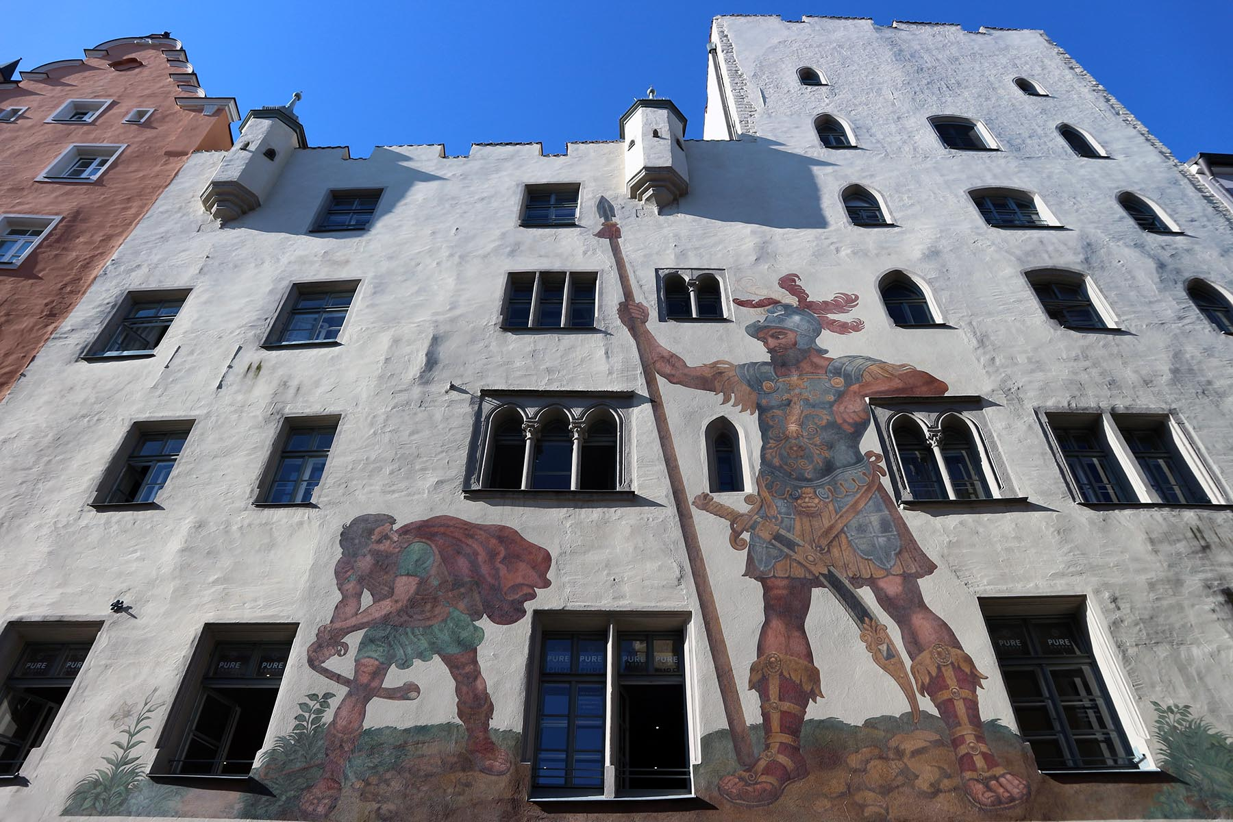 Koloss.  In der Goliathstraße steht das Goliathhaus, eine Patrizierburg mit monumentalem Wandgemälde.