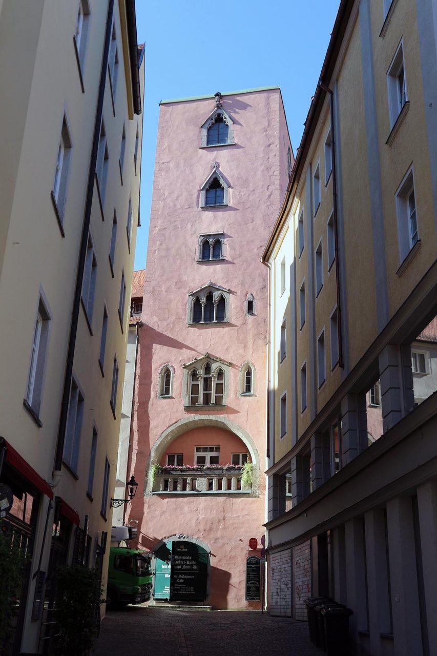 Höhe. Ursprünglich aus Italien (vor allem in der Toskana) kommend, waren Geschlechtertürme als Wohn- und Verteidigungswerk einflussreicher städtischer Familien entstanden. Im Bild: der Baumburger Turm aus der Mitte des 13. Jahrhunderts mit 28 Meter Höhe und frühgotischen Fenstern.