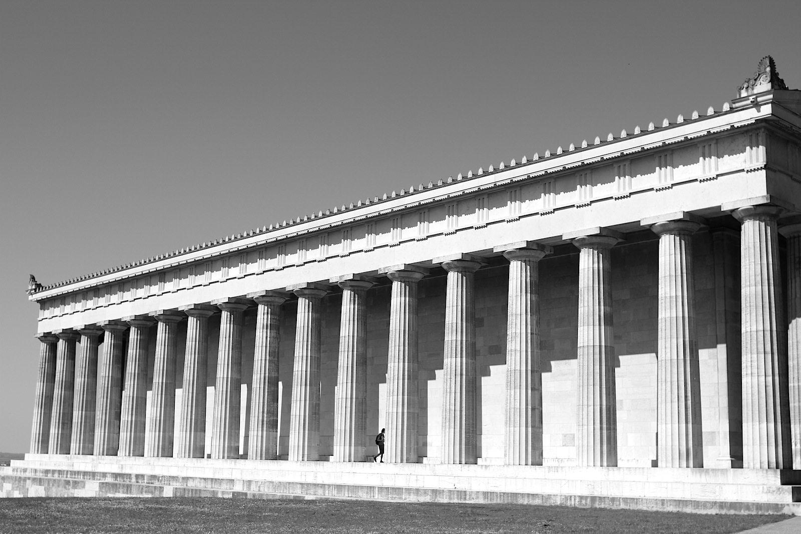 Symmetrie. Die Walhalla ist ein beliebtes Reiseziel und Stätte der Erinnerung. Sie wurde von 1830 bis 1842 errichtet.