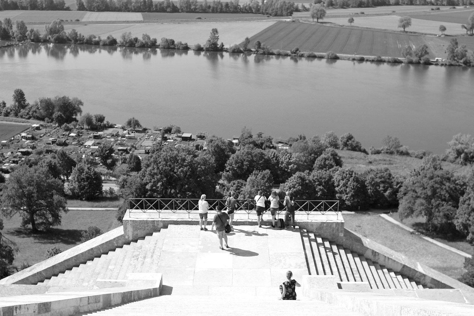 Erinnerung.  In der Gedenkstätte werden bedeutende Deutsche und mit der Historie Deutschlands verbundene Persönlichkeiten durch Marmorbüsten und Gedenktafeln geehrt.