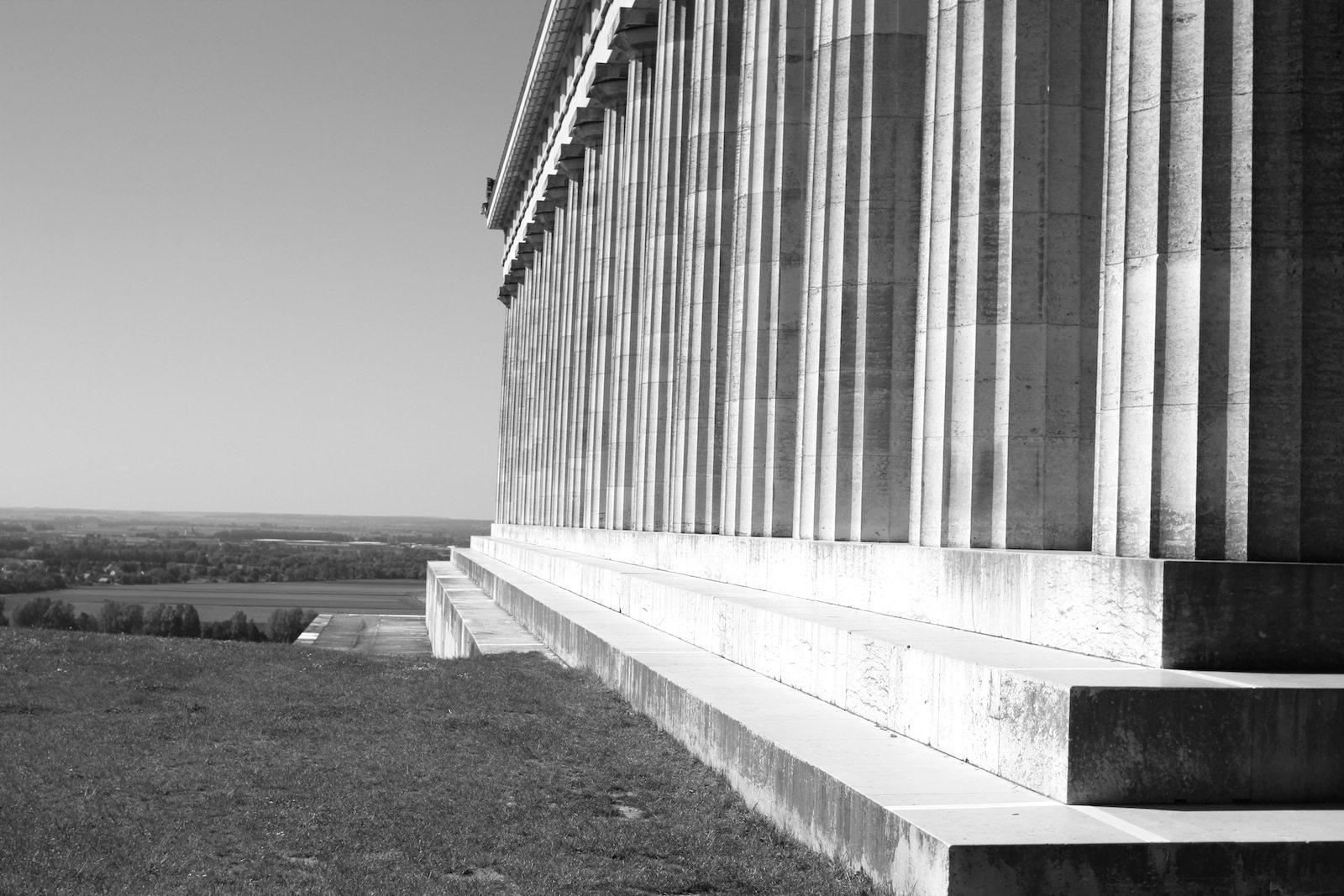 Hierarchie.  Ein Tempel dorischer Ordnung mit einem Grundriß von 17 zu 8 Säulen.