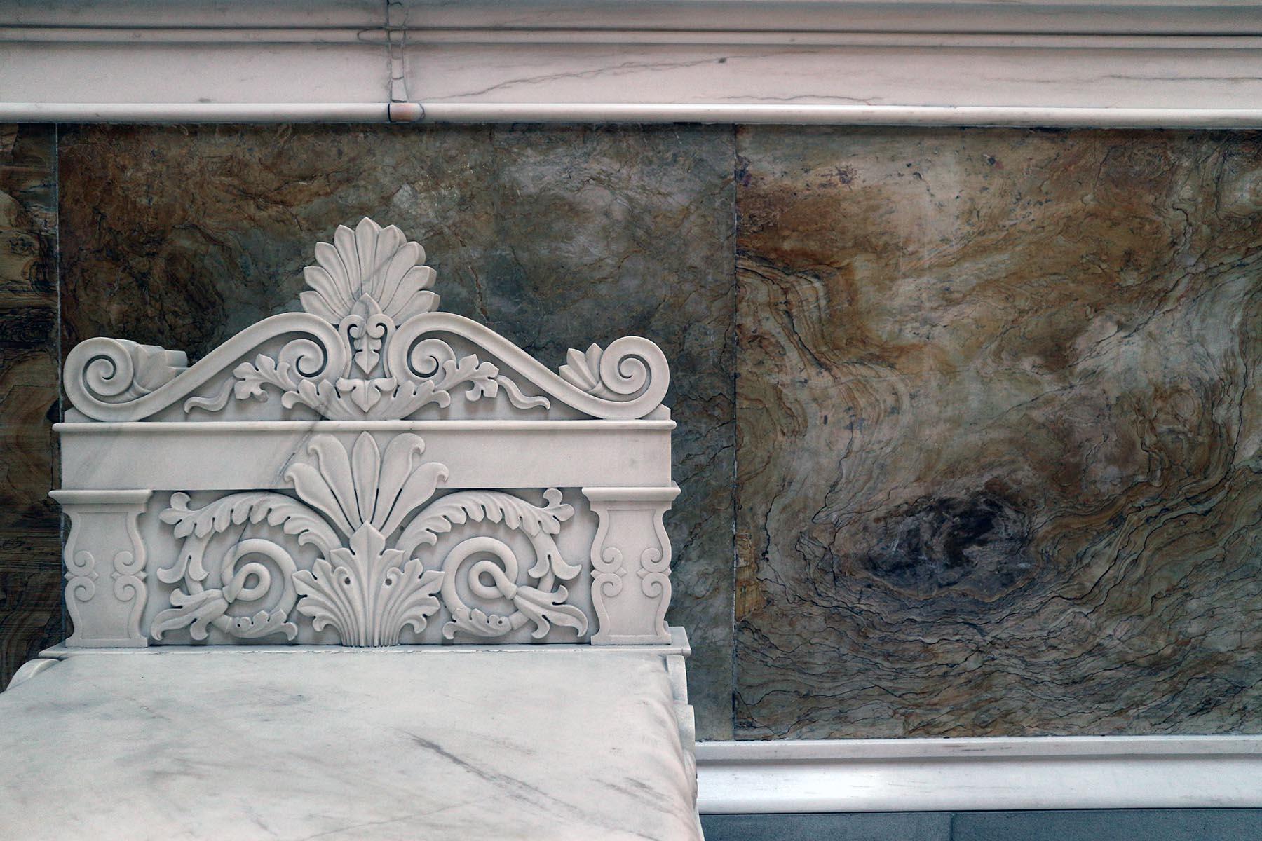 Bildhauerkunst.  Einer von 12 Marmorsesseln im Innenraum, geschaffen von dem Bildhauer Ernst Mayer.