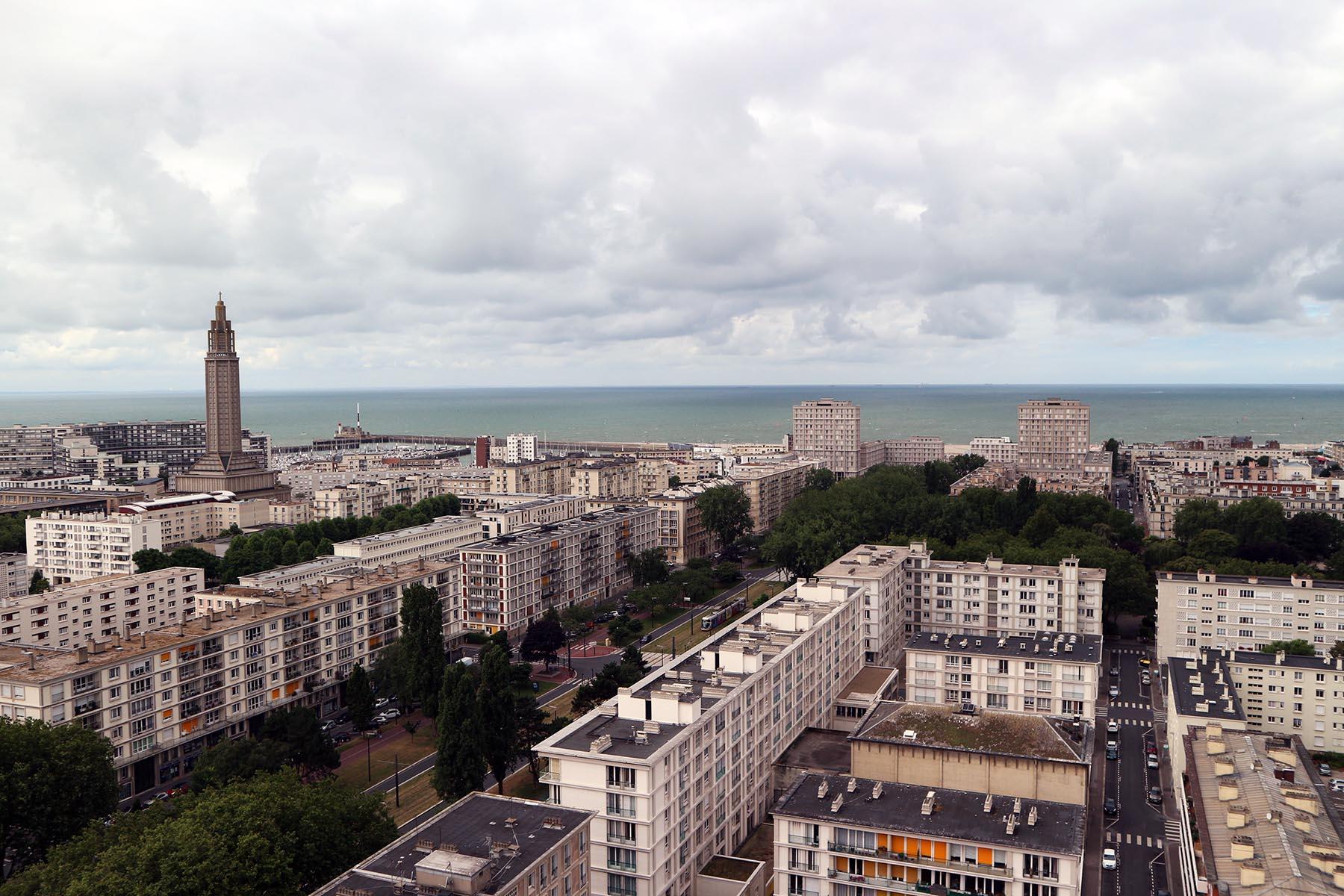 Das monumentale Dreieck. Als eine Seite des Dreiecks verbindet die Avenue Foch den Rathausplatz als neue Mitte der Stadt im Osten mit der Küste und der Porte Océane (Tor des Meeres) im Westen.