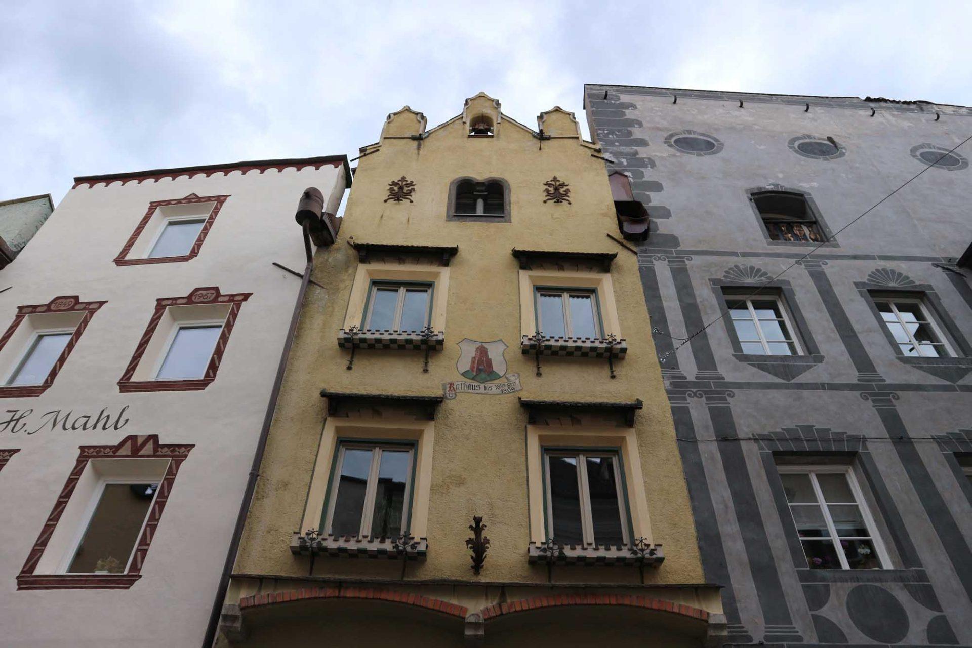 Bruneck. Giebelständige Fassaden entlang der langen Stadtgasse (Via Centrale)