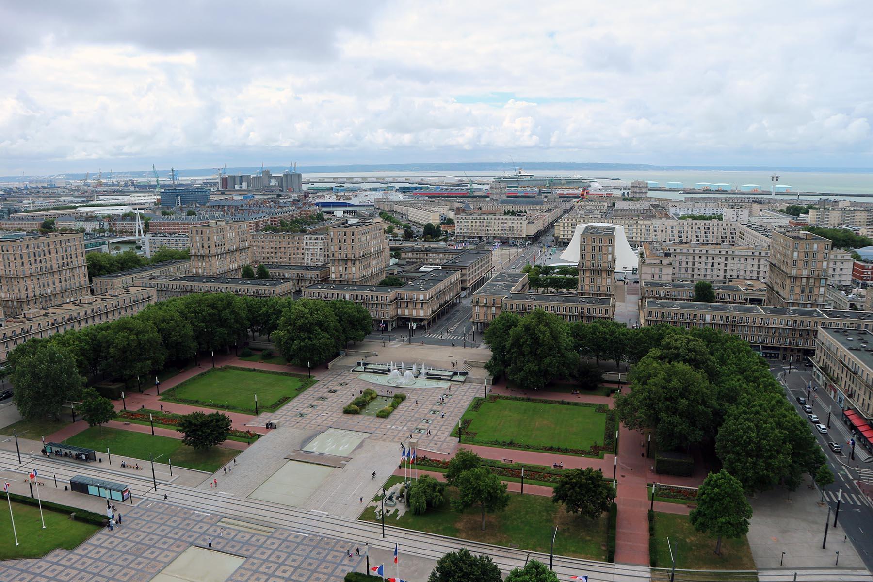 Das monumentale Dreieck. Die arkadengesäumte Rue de Paris führt vom Rathausplatz zum südlich gelegenen Hafenbecken.