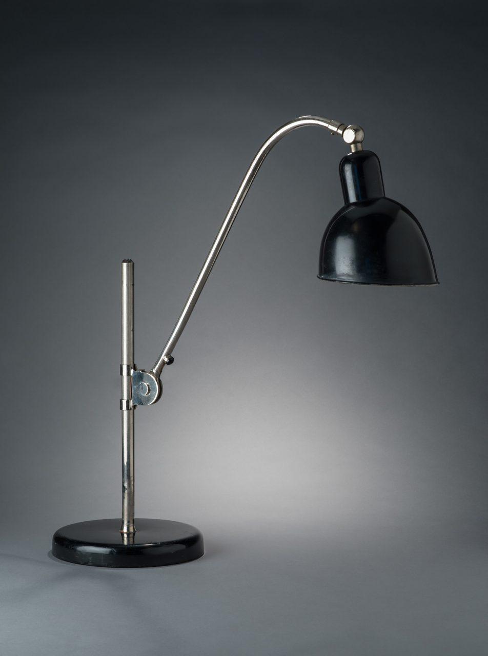 Christian Dell. Tischleuchte Type K, ca. 1928, Verchromter und emaillierter Stahl, Bakelit, Produziert von Belmag Co., Zürich, Schweiz