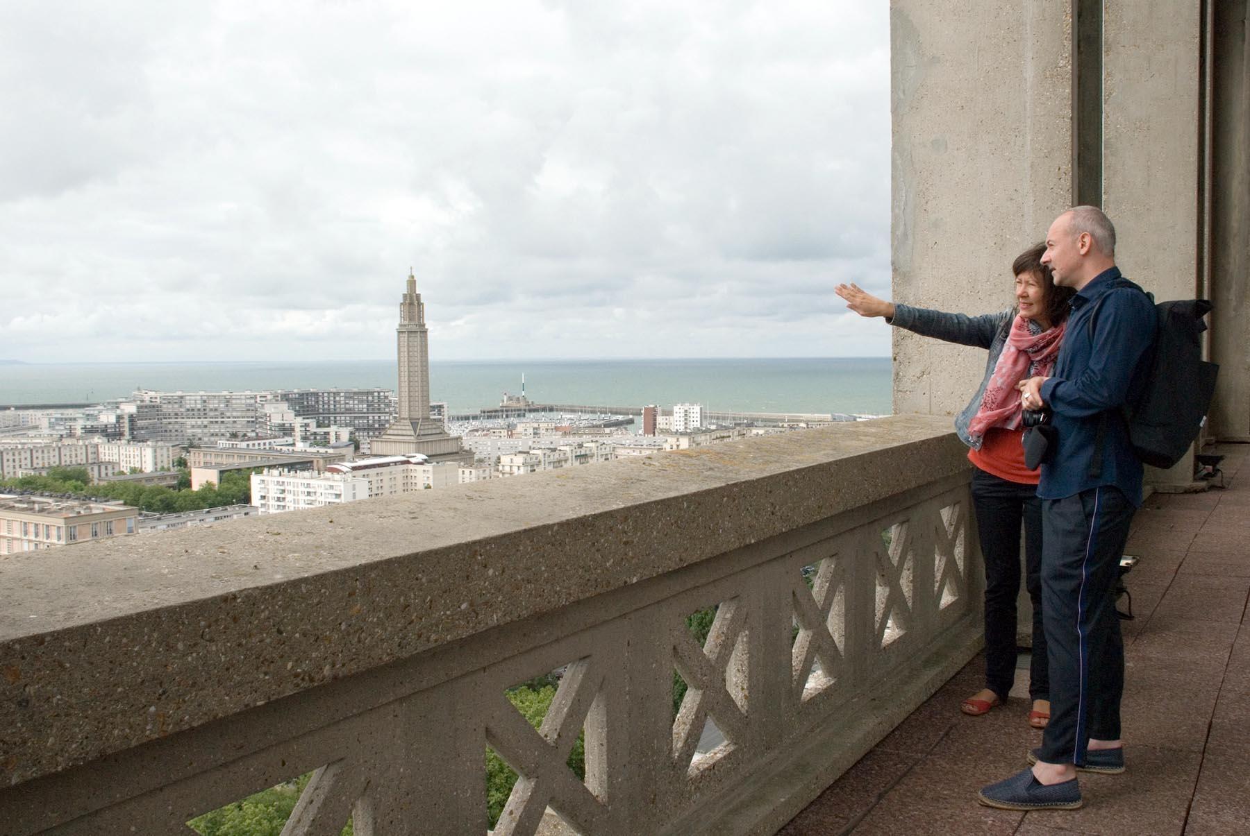 Das monumentale Dreieck. Der Architekt und THE LINK-Co-Gründer Hendrik Bohle auf dem Dach des Rathausturms zusammen mit der kundigen Begleiterin und Le Havre-Expertin Séverine Gourgeau.