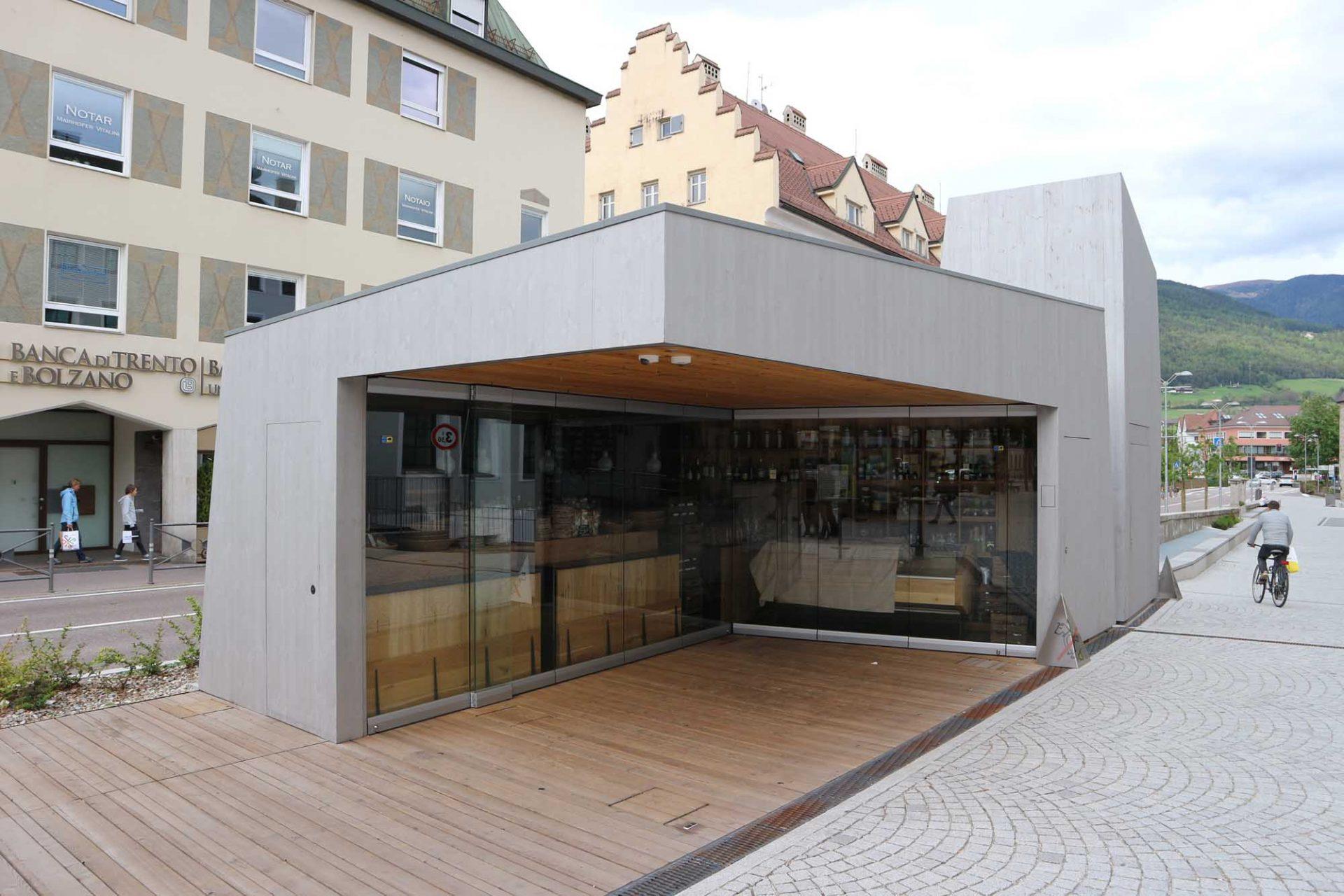 Bruneck.  Zeitgenössisches am ehemaligen Stadtgraben (Bastioni).