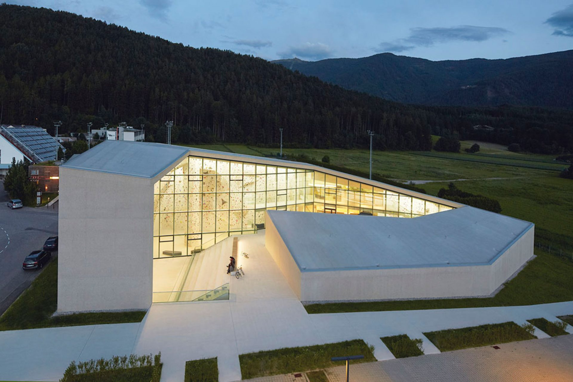 Kletterzentrum Bruneck. Die Kletterhalle in Bruneck-Südtirol, entworfen von den Architekten Stifter + Bachmann, Pfalzen-Südtirol 2015. Ein kraftvolles Solitär ...