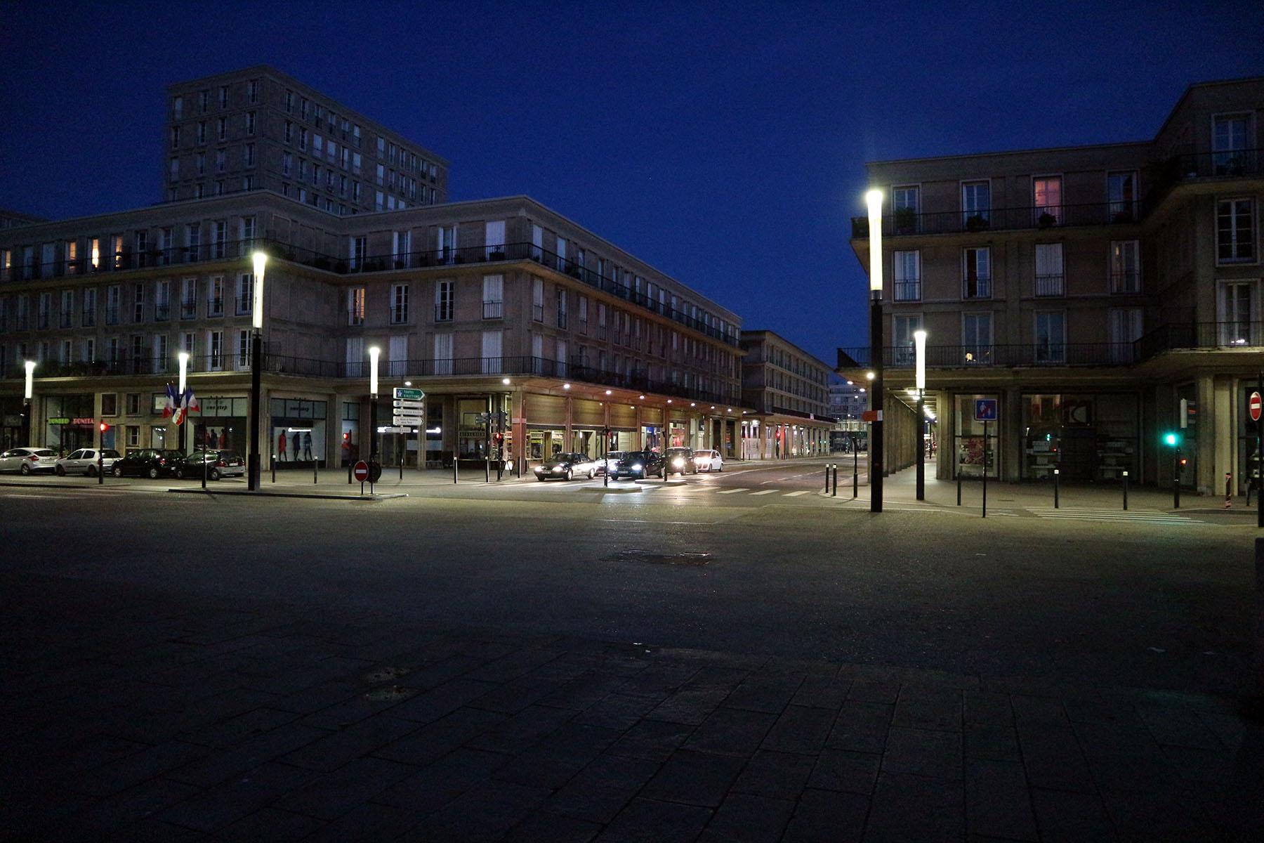 Das monumentale Dreieck. Vom Place de l'Hôtel-de-Ville führt die arkadengesäumte Rue de Paris zum Hafen und den Kreuzfahrtterminals.