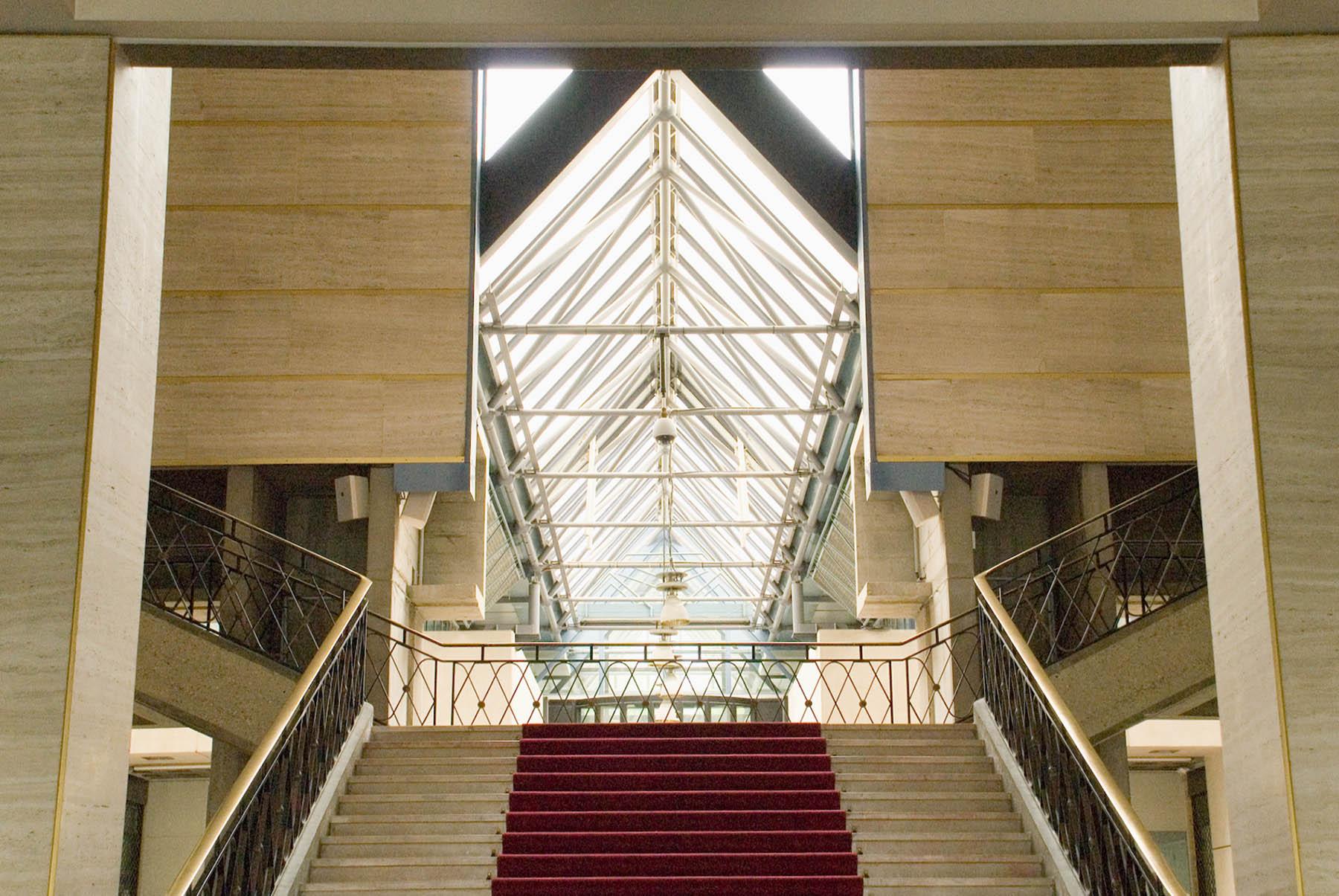 Hôtel-de-Ville du Havre. Das streng symmetrisch angeordnete Treppenhaus wurde in den 80er-Jahren rückseitig aufgebrochen und um einen belanglosen Baukörper erweitert.