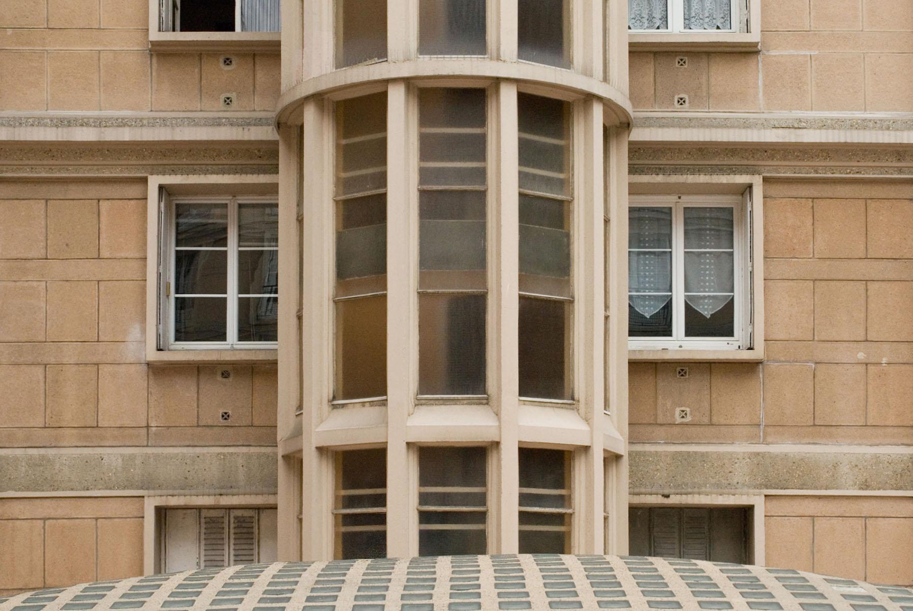 Die Wohninseln. Die Fassadenverkleidung aus Betonplatten wirkt aus der Entfernung und aus der Nähe wie Naturstein. Perret ließ den Baustoff unter anderem polieren, scharrieren und stocken.