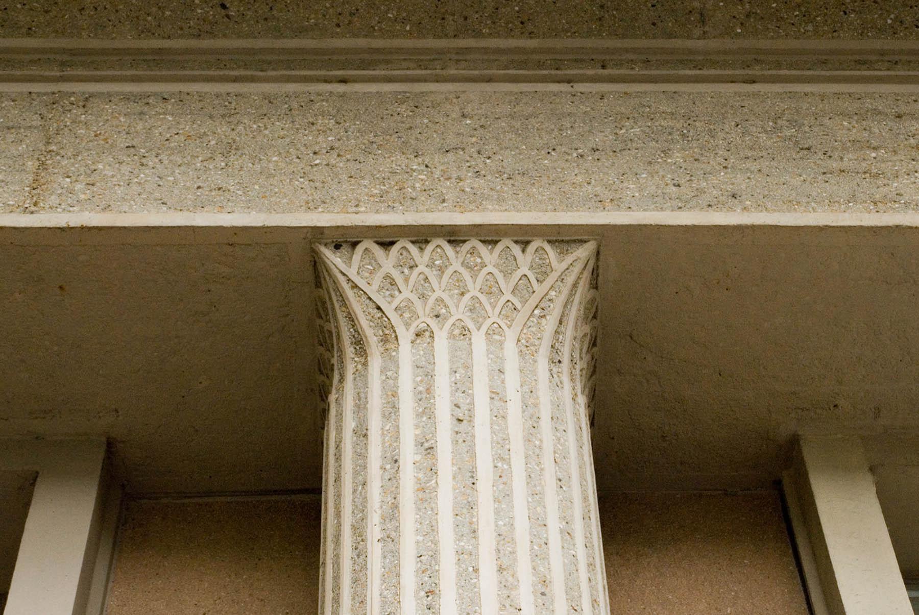 Die Wohninseln. Unter Beimischung von Glassplittern, Kies und Sand, entstanden ganz unterschiedliche Betonoberflächen. Durch die Verbindung moderner Bauweisen und an die Antike angelehnte Ornamentik wird der Baustil auch als struktureller Klassizismus bezeichnet.
