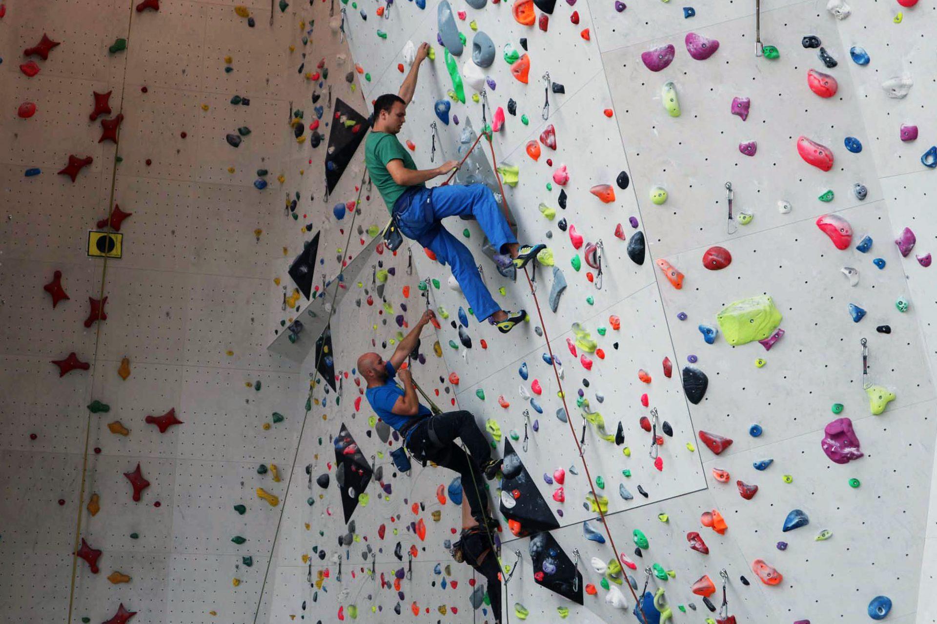 Kletterzentrum Bruneck.  Gleichzeitig sind die verschiedenen Kletterbereiche der Öffentlichkeit zugänglich.