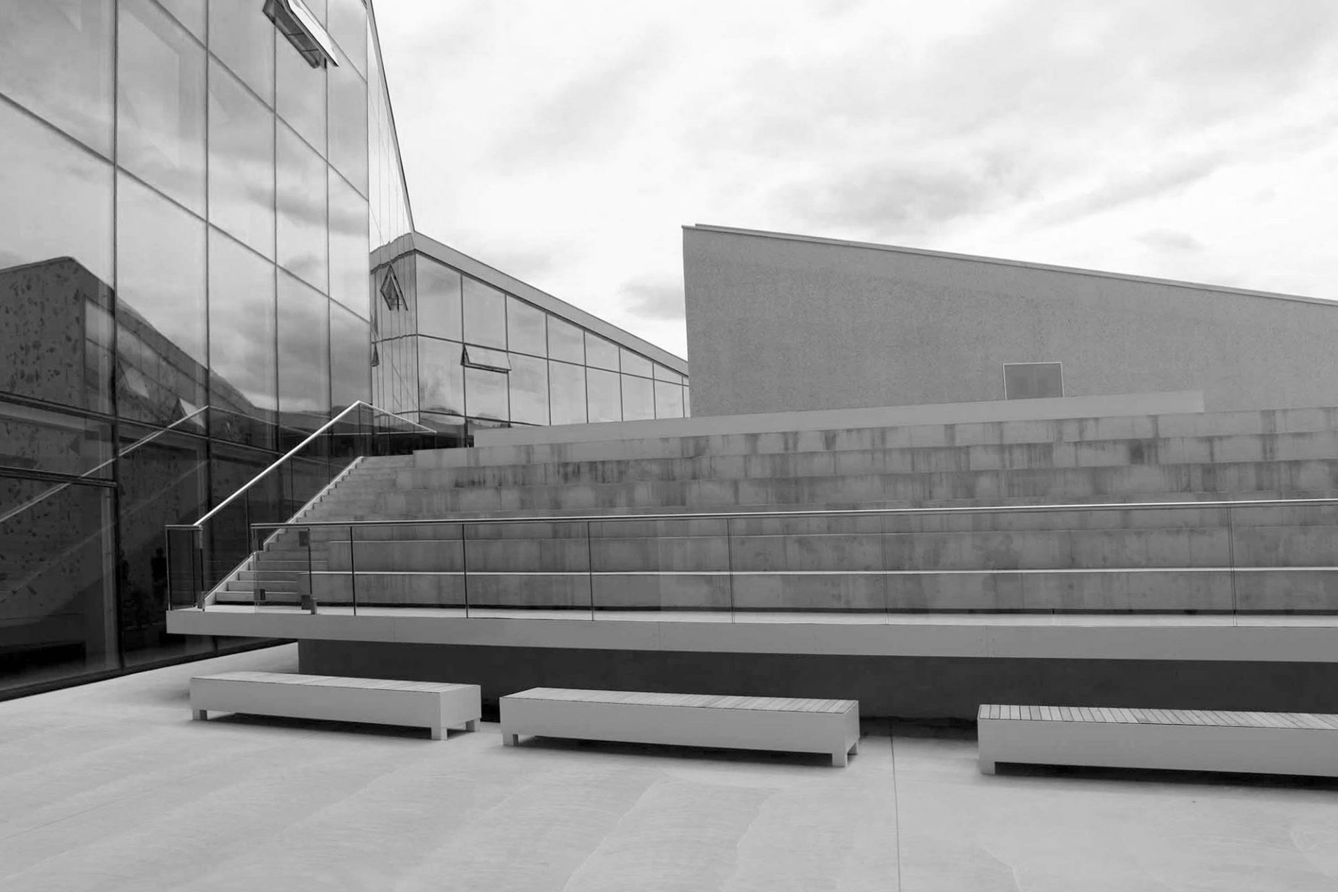 Kletterzentrum Bruneck. Die massive Hülle des Gebäudes wurde fugenlos in Ortbeton mit natürlichen Zuschlägen aus örtlichem Kalkstein ausgeführt.