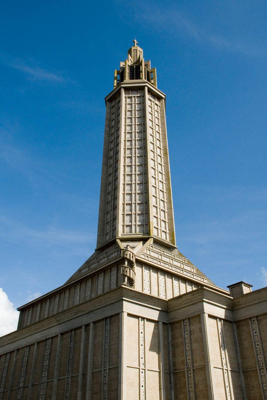 Église Saint-Joseph du Havre. Bis auf 107 Meter erhebt sich die oktogonale Laterne über dem quadratischen Grundriss.