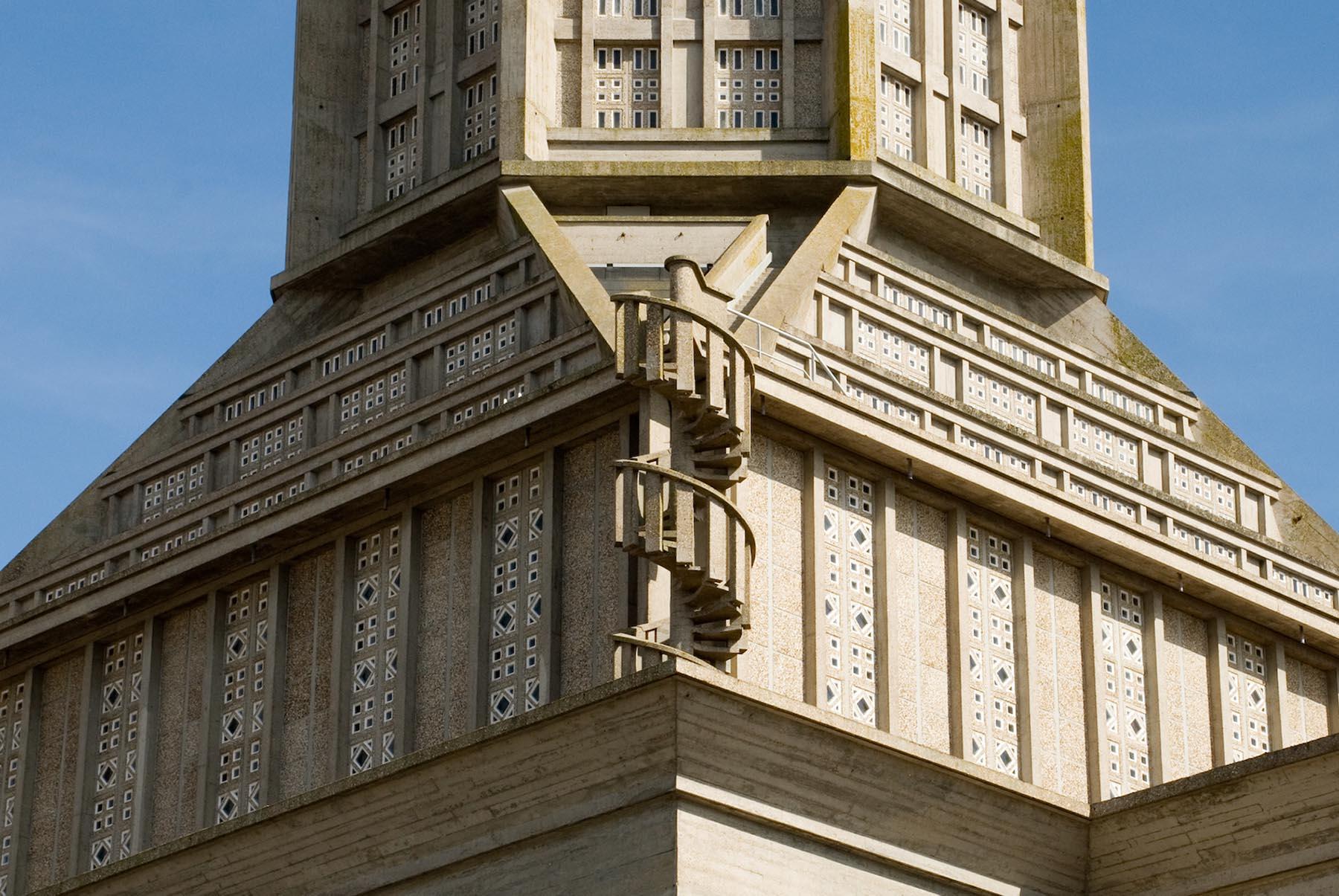 Église Saint-Joseph du Havre. Perret verwirft die ornamentale Kunst zugunsten der Schlichtheit.
