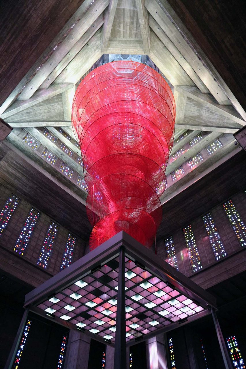 """Église Saint-Joseph du Havre. Anlässlich des 500jährigen Jubiläums hängt im Turm die Installation """"Accumulation of Power"""" der japanischen Künstlerin Chiharu Shiota."""