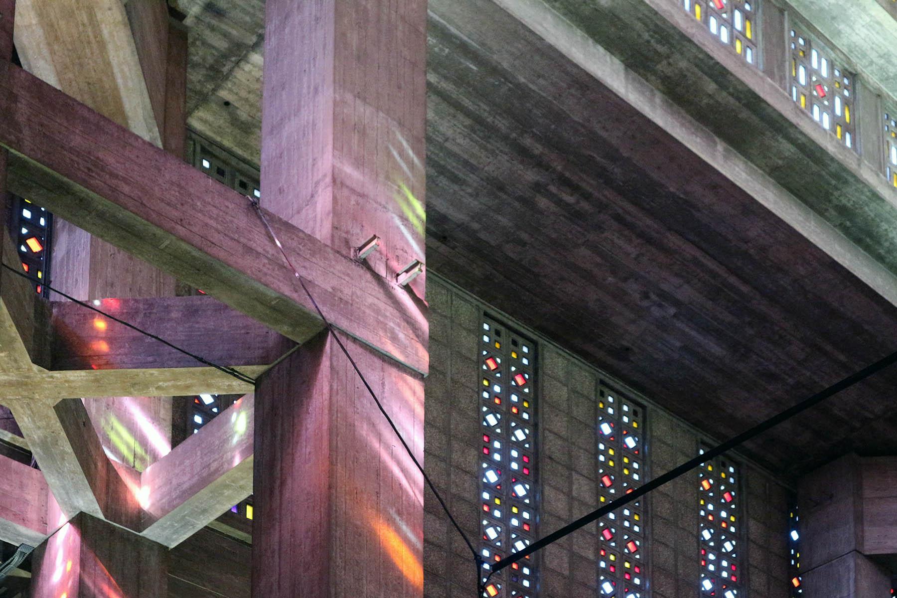 Église Saint-Joseph du Havre. Jede Fassadenansicht wird von einem eigenen Farbkanon bestimmt. Sie symbolisieren Christi Geburt, die Jungfrau Maria, Kraft und die Herrlichkeit Gottes.