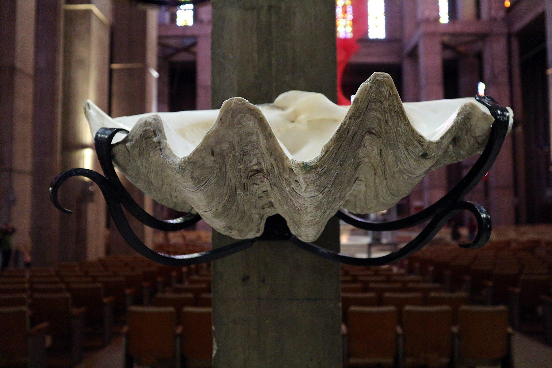 Église Saint-Joseph du Havre. Ein ganz besonderes Weihwasserbecken.