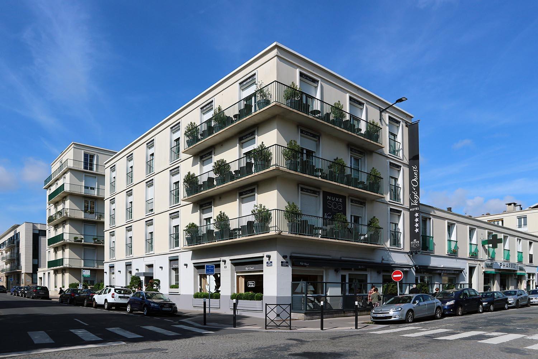 Vent d'Ouest. Das Viersterne-Boutique-Hotel befindet sich in einem Perret-Bau direkt neben der Kirche. Der perfekte Ort zum Übernachten.