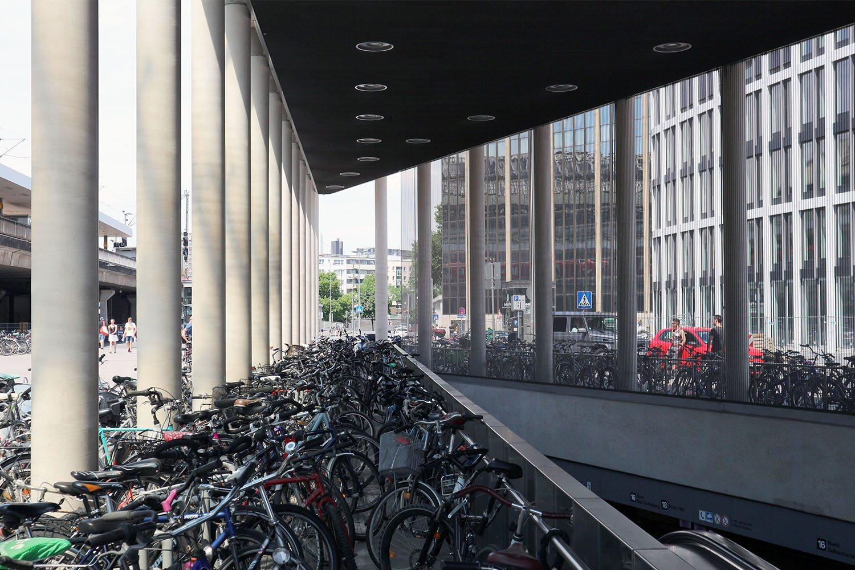 Haltestelle Breslauer Platz, 2011. Gestaltung durch Büder + Menzel Architekten, Brühl / Köln. Der neu entstandene städtische Platz bildet das Entree zu den Eingängen des Hauptbahnhofes und der neuen Haltestelle.