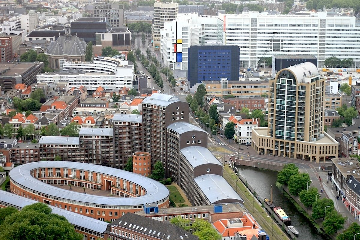 Den Haag.  Die Innenstadt mit dem Rathaus in den Farben von De Stijl.