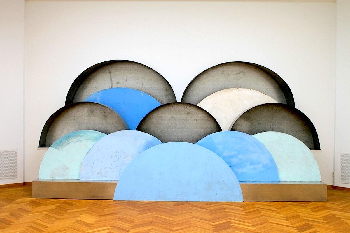 """Gemeentemuseum.  """"Clouds and caverns"""" (1982–1989) von der französisch-amerikanischen Künstlerin Louise Joséphine Bourgeois (1911–2010)."""