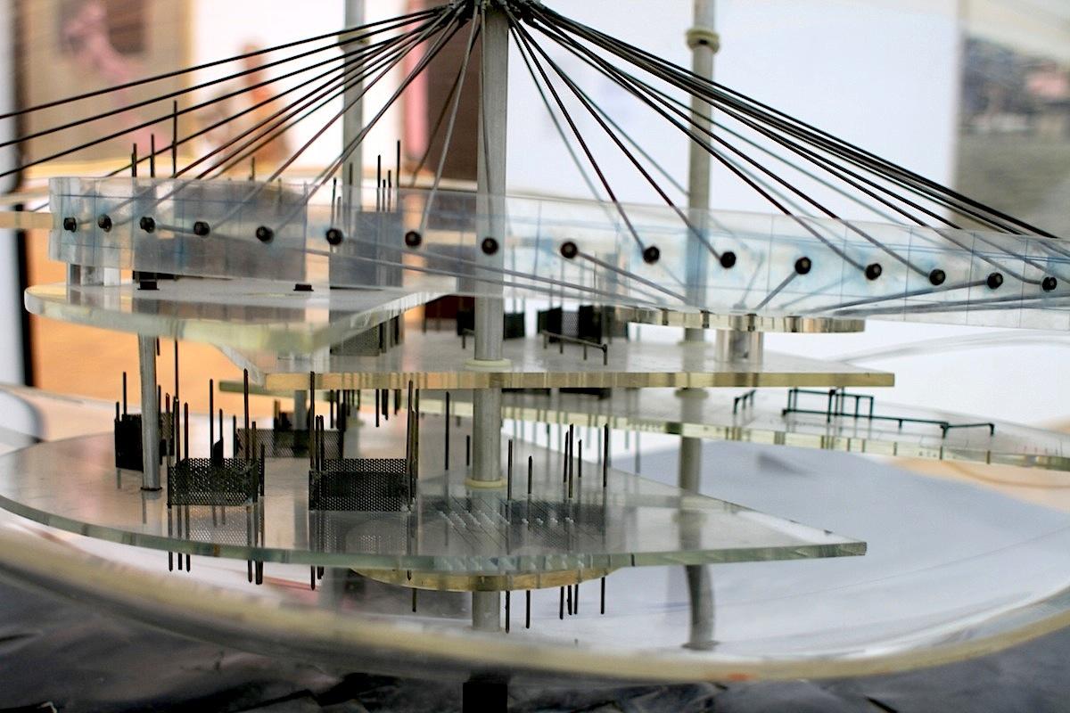 """Gemeentemuseum.  """"Game and utopia"""": die von dem Künstler Constant Nieuwenhuys (1920–2005) geschaffenen Stücke New Babylon ..."""