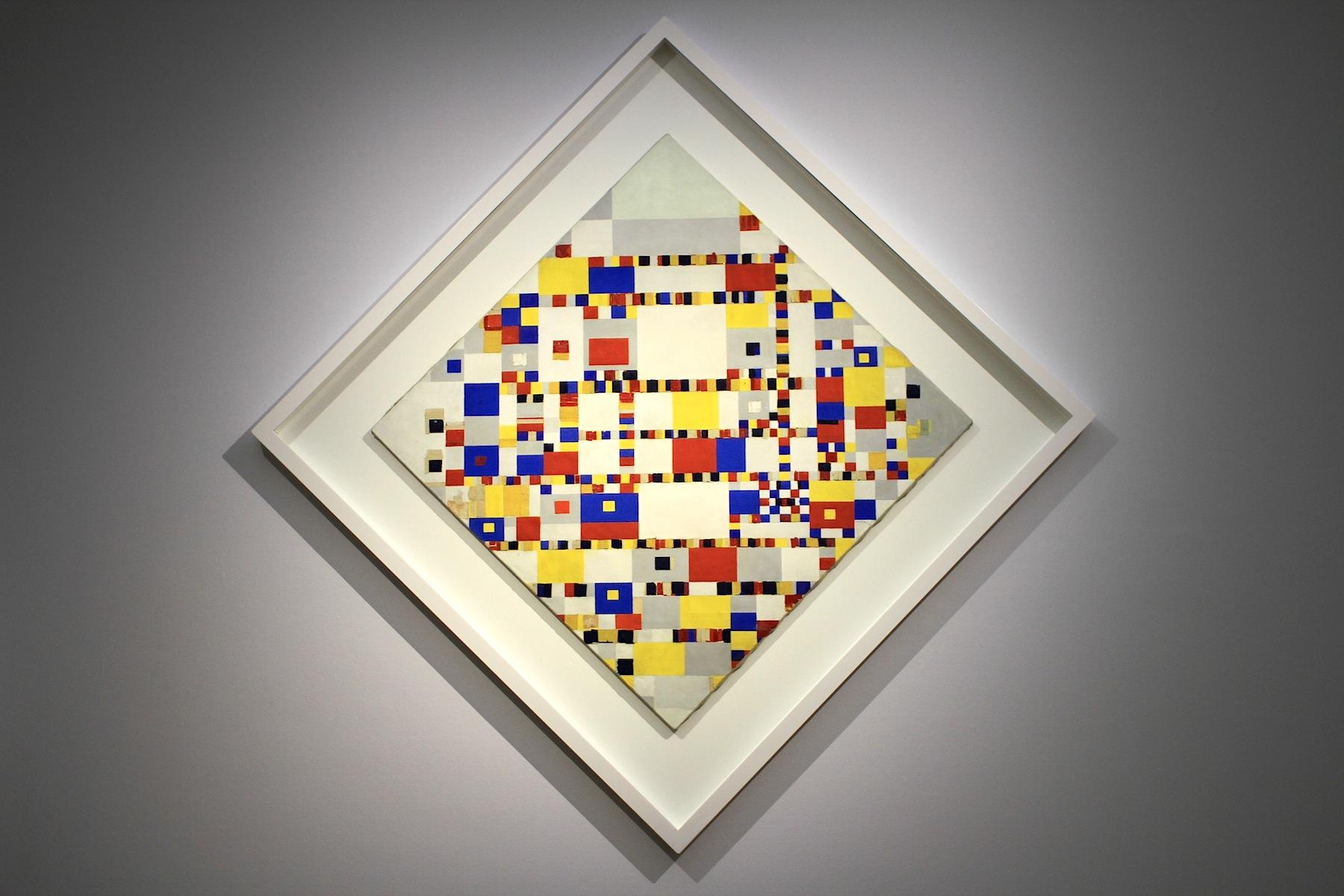 """Gemeentemuseum.  Die umfassende Schau würdigt Mondrians Beitrag zum 100jährigen Jubiläum von De Stijl und ist Teil des """"Mondrian to Dutch Design""""-Jahres 2017. Kernstück der Ausstellung: """"Victory Boogie Woogie"""" (1942-1944)."""