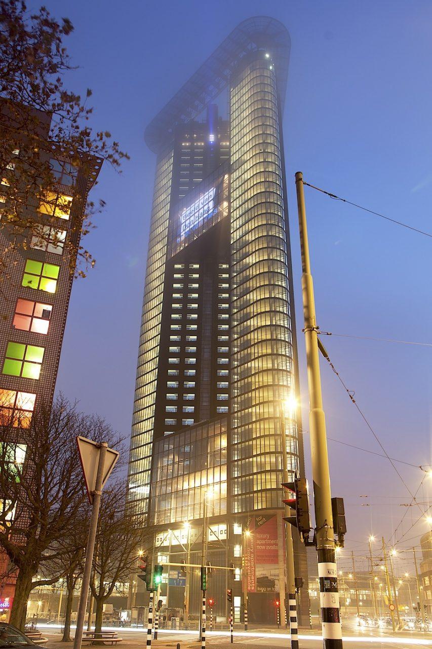 Het Strijkijzer, The Hague Tower.  Nach dem Gemeentemuseum empfehlen wir den Besuch des 132 Meter-Hochhauses von AAArchitecten aus Den Haag, dem dritthöchsten Gebäude der Stadt. Mit seiner Formsprache zitiert es das Flatiron-Hochhaus in New York.
