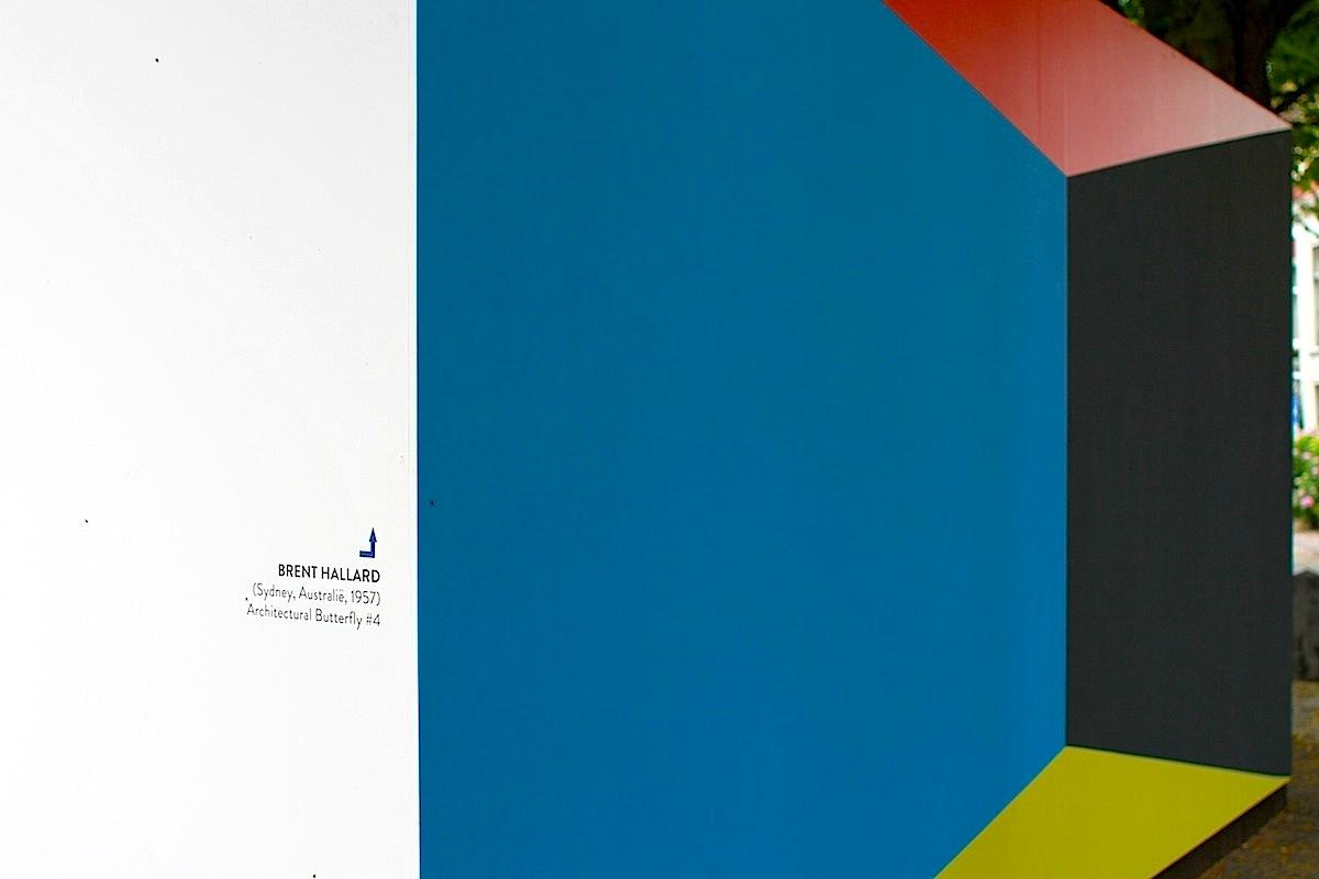 Open Air Museum De Lakenhal. Wo steht De Stijl und welchen Einfluss hat die Kunstrichtung heute? Wie interpretieren zeitgenössische Kreative den 100 Jahre alten Stil? Diese Themen und Fragen rund um De Stijl beschäftigten die Projektmanagerin und Kuratorin Resi van der Ploeg zusammen mit den Künstlern und Gastkuratoren Iemke van Dijk und Guido Winkler. Am Ende des ersten monatigen Arbeitsprozesses stand die Auswahl der 20 holländischen und internationalen Künstler*innen fest. Die Entstehung der Wandbilder glich einem Kunstcamp, so die van Dijk und Winkler, in dem sich die Kreativen gegenseitig inspirierten. Im Bild: Architectural Butterfly von Brent Hallard.