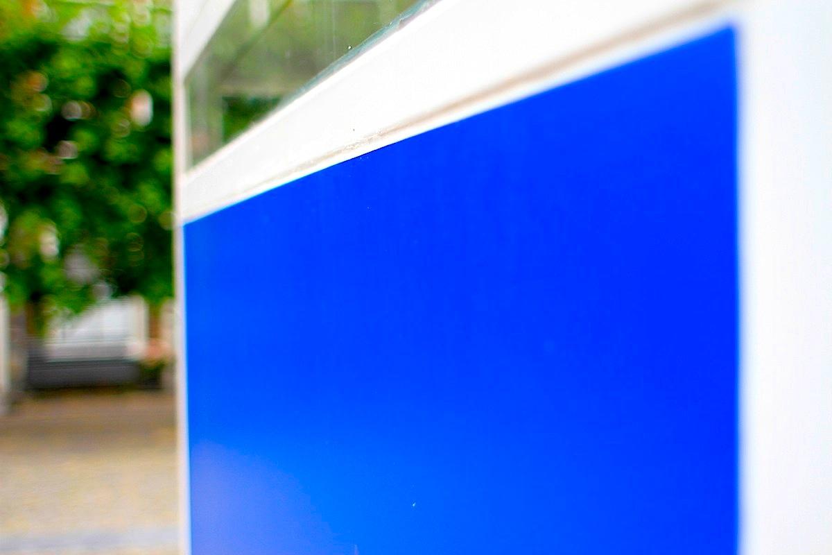 """Maison d'Artiste. Die Experten schafften es, aus den Schwarzweißfotos die Originalfarben zu rekonstruieren, so dass das Gebäude nun in voller, bunter De Stijl-Pracht erstrahlt. Das Maison d'Artiste steht bis zum 27. August direkt auf dem Platz """"Het Gerecht"""", um die Ecke der Kirche Pieterskerk. Der Zugang ist frei."""