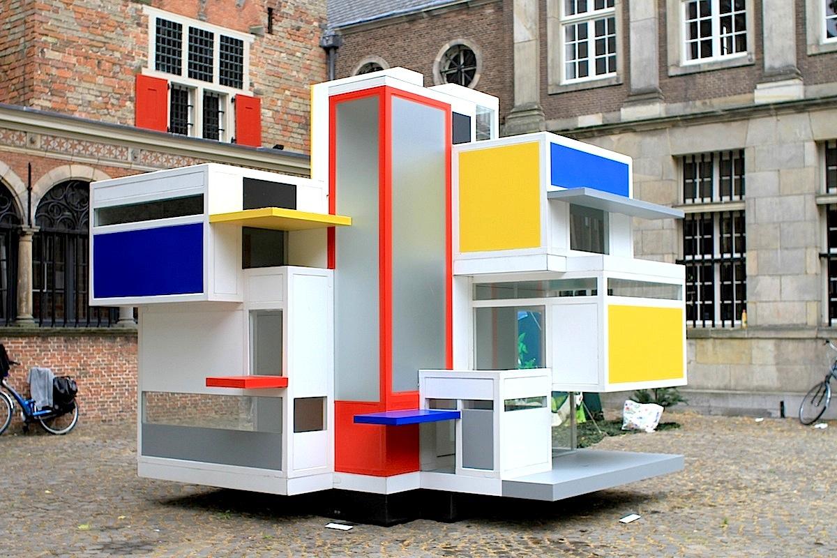 """Maison d'Artiste.  Leiden ist die Geburtsstadt von """"De Stijl"""". Das Museum De Lakenhal zeigt die Open-Air-Ausstellung """"100 Jahre nach De Stijl""""."""