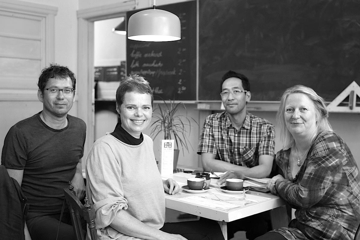 Im Gespräch.  (von rechts nach links) mit Kuratorin Resi van der Ploeg, THE LINK-Redakteur Jan Dimog, Gastkuratoren und Künstler Iemke van Dijk und Guido Winkler. Letztgenannte betreiben die Kunst- und Kuratorenplattform IS-projects.org.