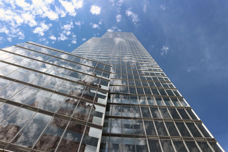 KölnTurm. Das Areal ist in insgesamt 16 Bauten unterteilt. Das mittlere Gebäude überragt als 148 Meter hoher KölnTurm alle anderen Bauten. Der französische Architekt und Pritzker-Preisträger (2008) Jean Nouvel hat den schlanken Hochhaus entworfen. Der Entwurf wurde geändert und von Kohl & Kohl ausgeführt. Die Fertigstellung war im November 2001. Er ist das höchste Bürogebäude in Köln. Die Dachterrasse auf der 30. Etage ist für Besucher des dortigen Restaurants öffentlich zugänglich.