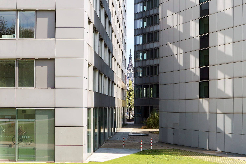 Im MediaPark 6, 2001. Durch die Anordnung der Büroflügel entsteht ein Innenhof, der sich zum angrenzenden Park hin öffnet. Der Innenhof ist begrünt und soll in seiner Funktion klimatisch begünstigend auf die Belüftung und Belichtung der Arbeitsplätze und Wohnungen auswirken.