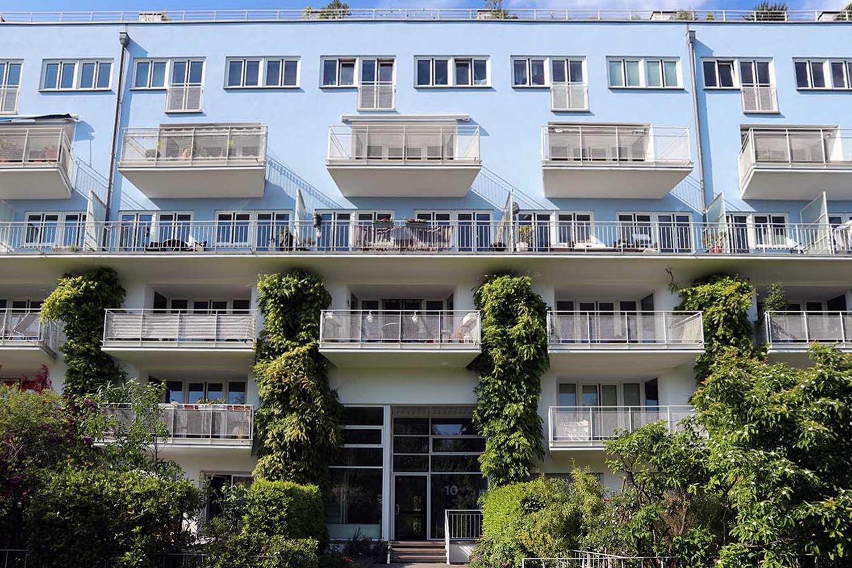Im MediaPark 10, Wohnungen, 1996. Steidle+Partner Architekten (jetzt Steidle Architekten), München. Der Außenbereich wurde mit großen Balkonen, Dachterrassen auf der Südseite, Pergolen und Laubengängen im Norden gestaltet.