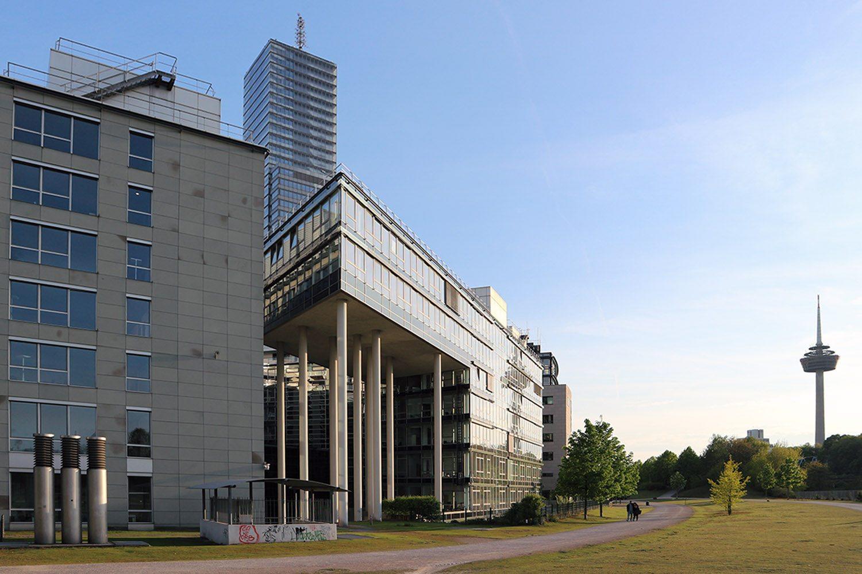 Im MediaPark 6, 2001. Von Mronz + Schaefer Architekten, Köln und Architekturbüro Kottmair, Köln. Die Außenkonturen werden durch den Grundstückszuschnitt, der eine trapezförmige Fläche vorgibt, bestimmt.