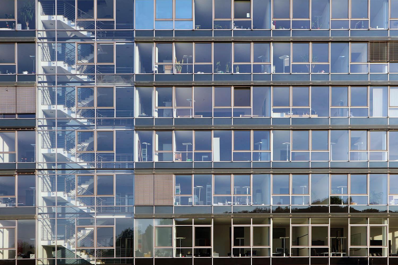 Im MediaPark 6, 2001. Das Büro- und Geschäftshaus gliedert sich im Erdgeschoss und im 1. Obergeschoß in zwei Bürozonen, getrennt durch einen sich hervorschiebenden elliptischen Baukörper.