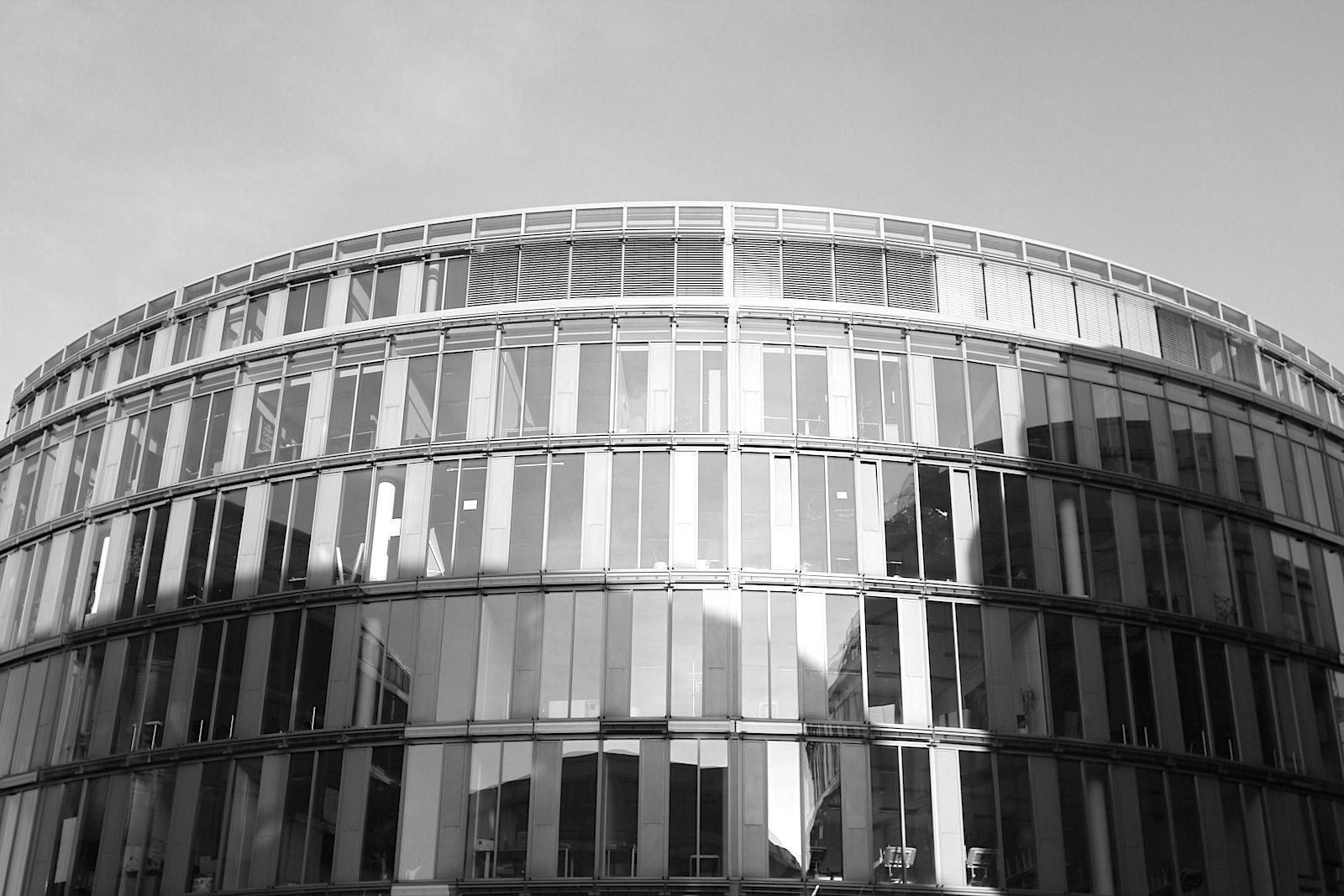 Im MediaPark 4 - Forum, 2003. Herman Hertzberger, Amsterdam. In diesem Bauprojekt ist das traditionelle Prinzip des klassischen Stadtblocks mit seinen formellen Außenfronten und den privaten Innenbereichen buchstäblich von innen nach außen gekehrt: die Innenseiten werden zu Außenseiten und umgekehrt.
