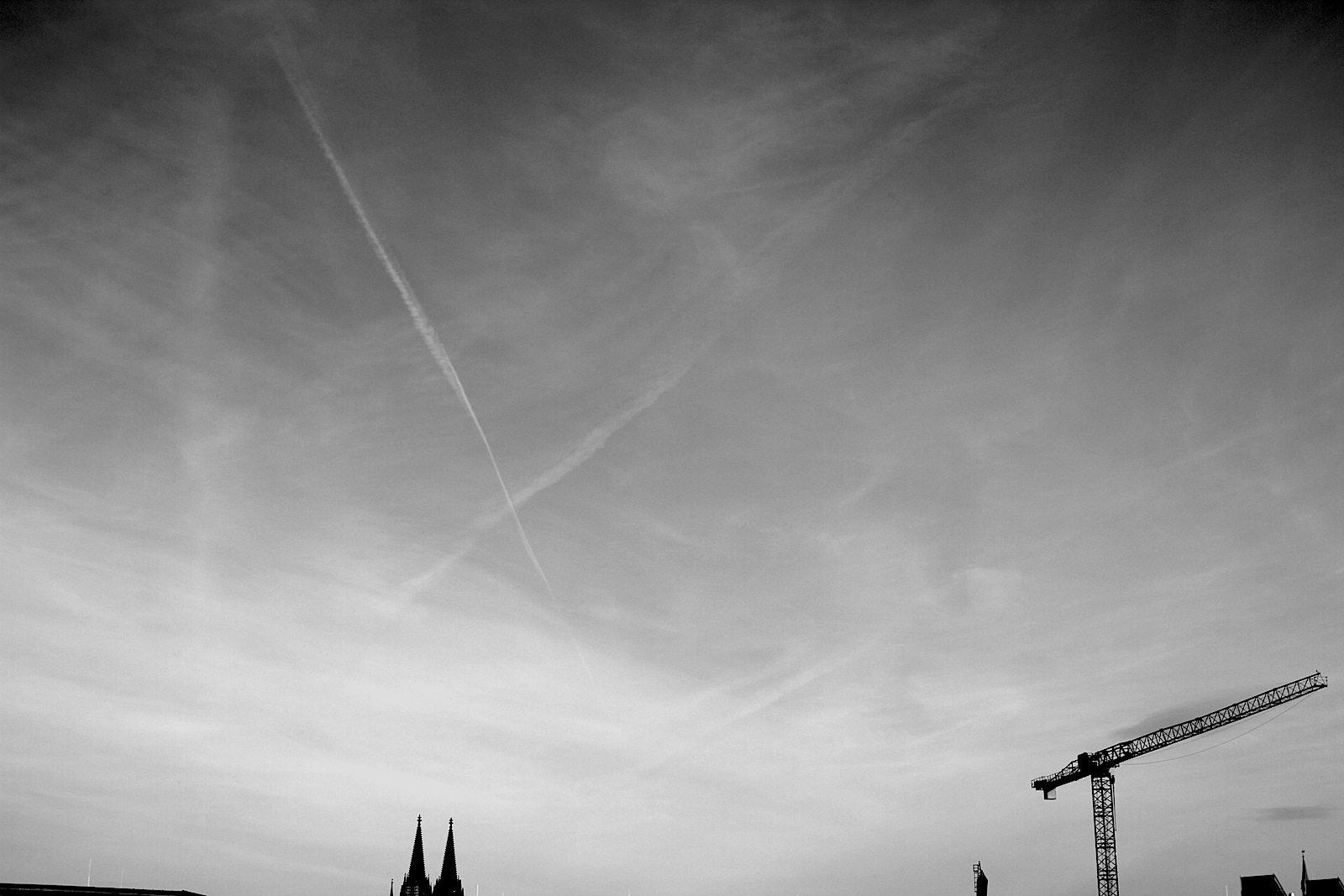 """Der Himmel über Köln. besteht gerne aus Kränen und der Hohen Domkirche Sankt Petrus (besser bekannt als """"der Dom""""), was angesichts der Höhe seiner Doppeltürme von 157 Meter nicht überrascht. So oder so: für den Koelnmesse-MediaPark-Gang sollte man sich Zeit nehmen und sich von Ein- und Aussichten überraschen, wie diesem von der Anhöhe des Spielplatzes MediaPark."""
