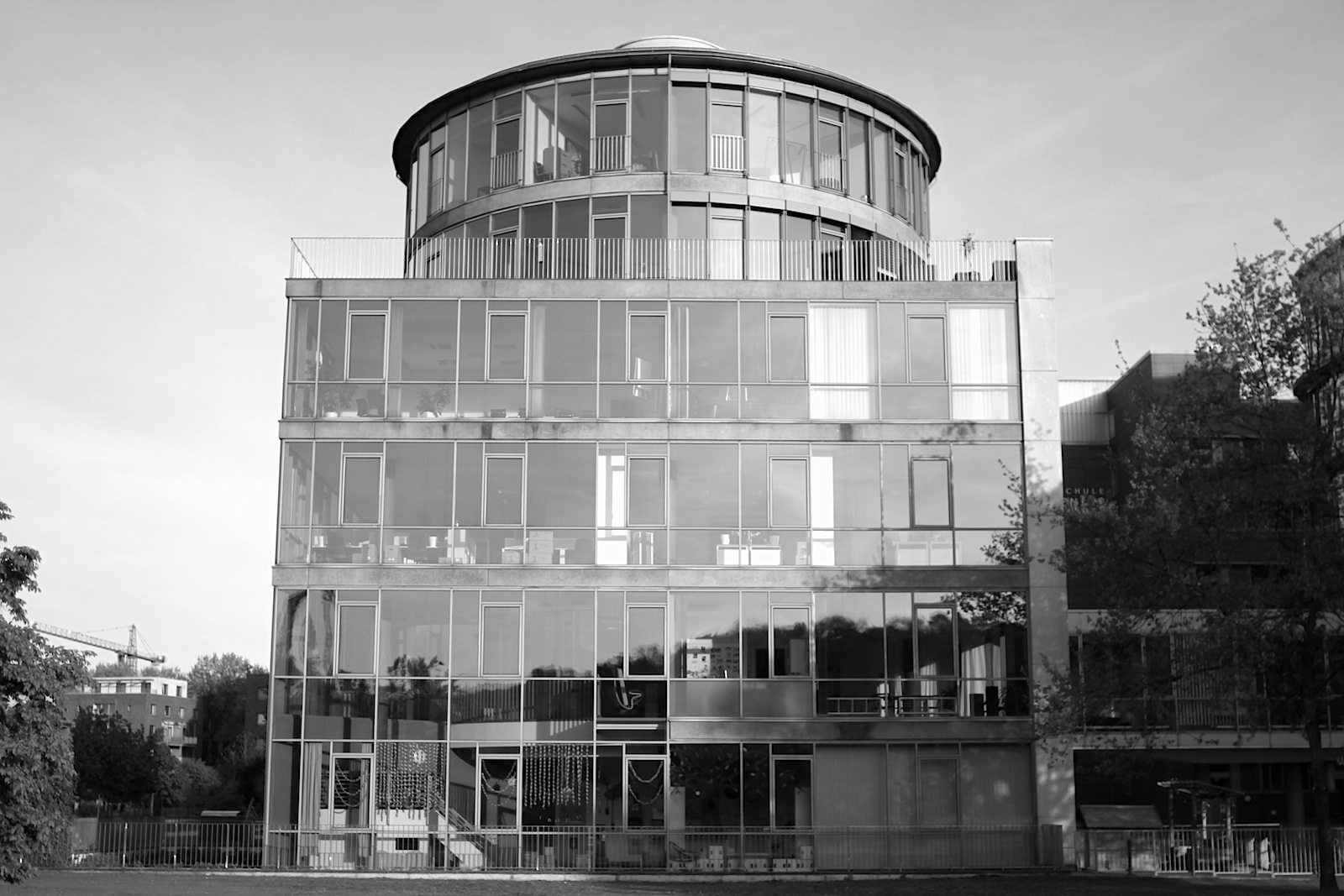 """Im MediaPark 5, 1994. Miroslav Volf, Köln. Die zum Park hin orientierten vollverglasten """"schwebenden Ebenen"""" mit Großraumbüros sind von dem Hauptkörper durch eine Lichtgasse räumlich getrennt."""