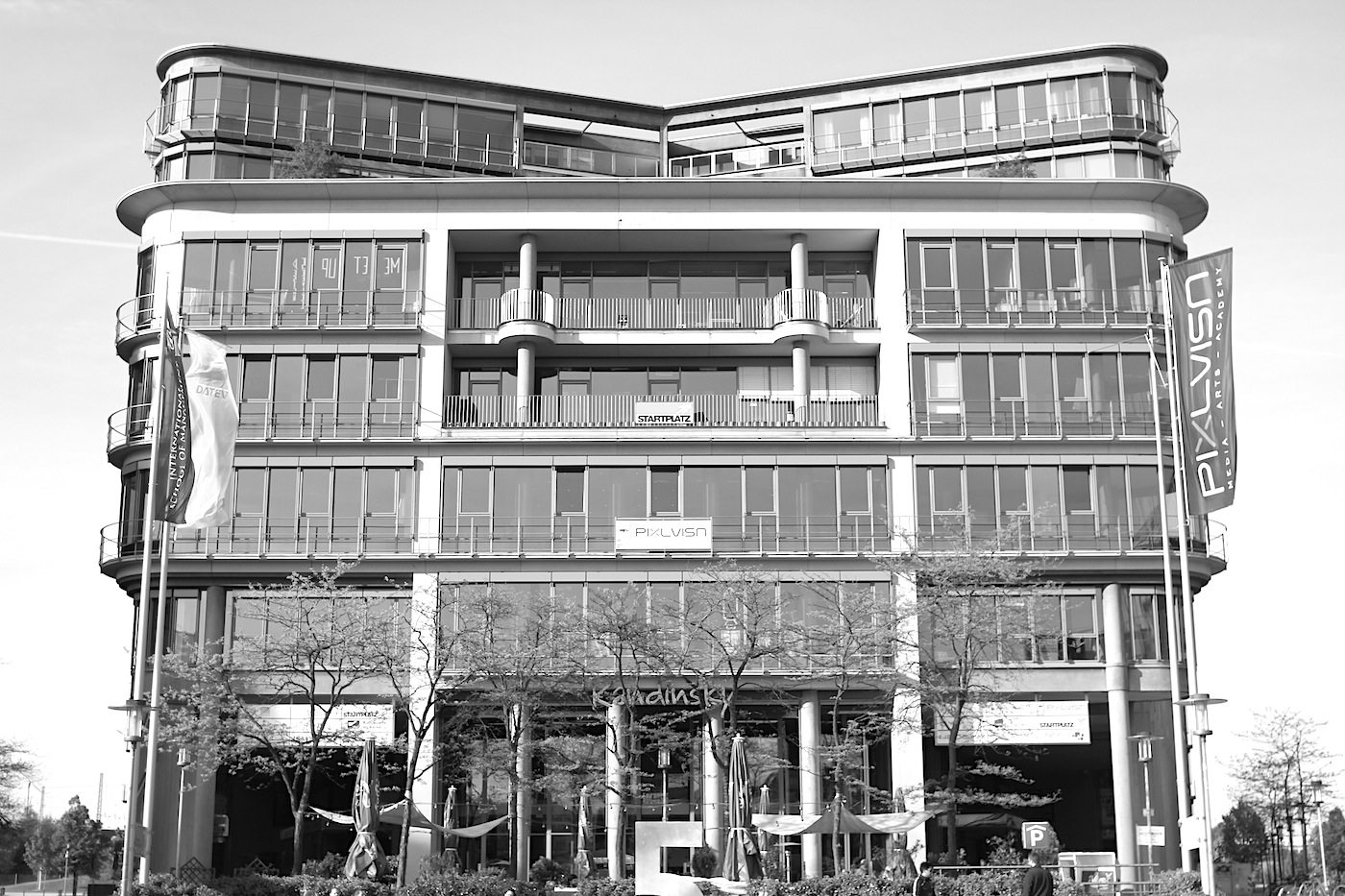 Im MediaPark 5, 1994. Miroslav Volf, Köln. Ensemble mit einzelnen trapezförmigen Baublöcken, die sich um den halbrunden zentralen Platz gruppieren.