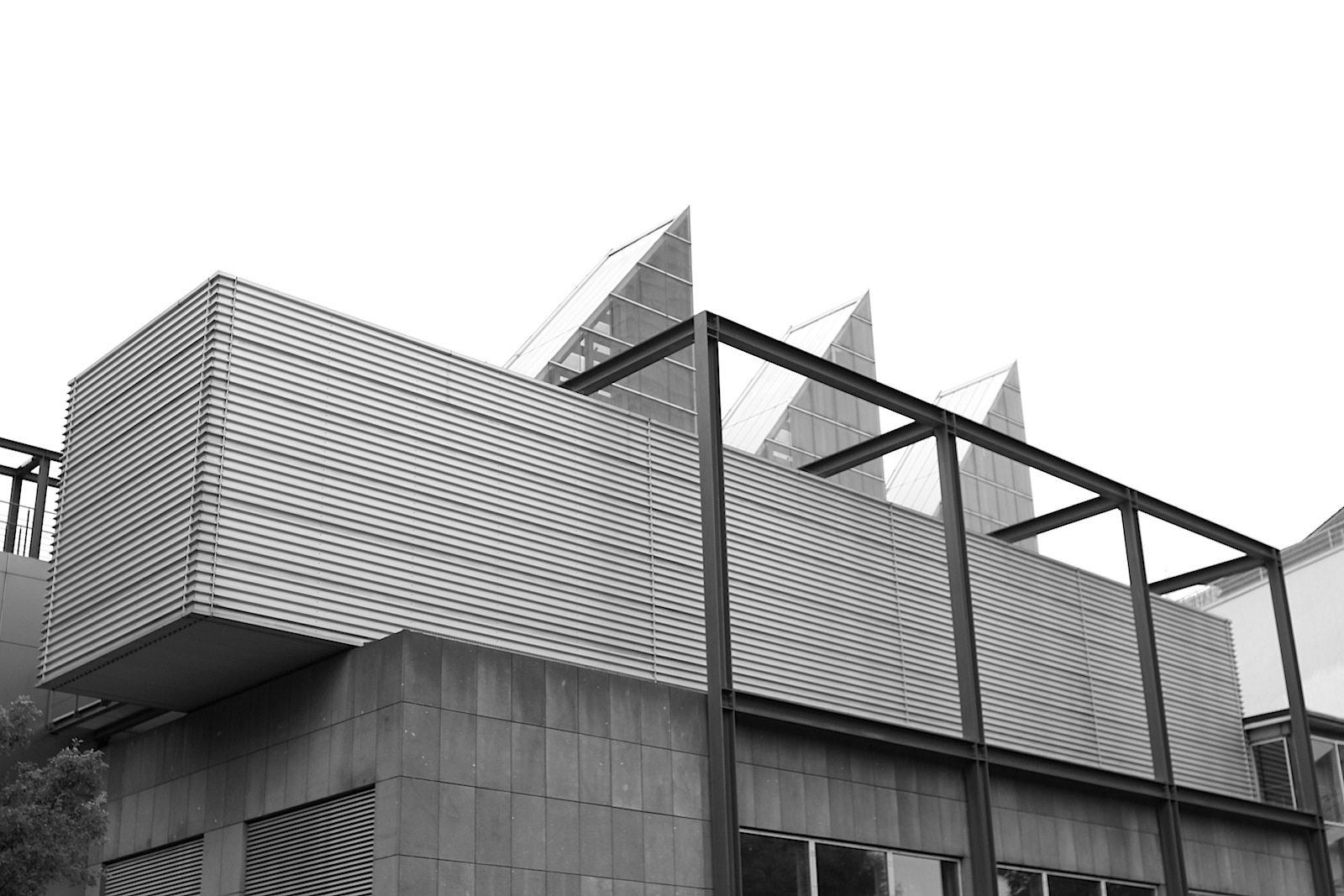 Umspannwerk, 1996. Die weithin sichtbaren drei Hauben sind Abluftkamine für die großen darunterliegenden Transformen.