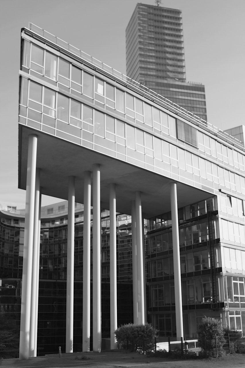 Im MediaPark 6, 2001. Die Hauptkerne befinden sich im Zentrum der beiden Gebäudeflügel und ermöglichen dadurch für die Bürozone, sowie für die Mietparteien kurze Wege.