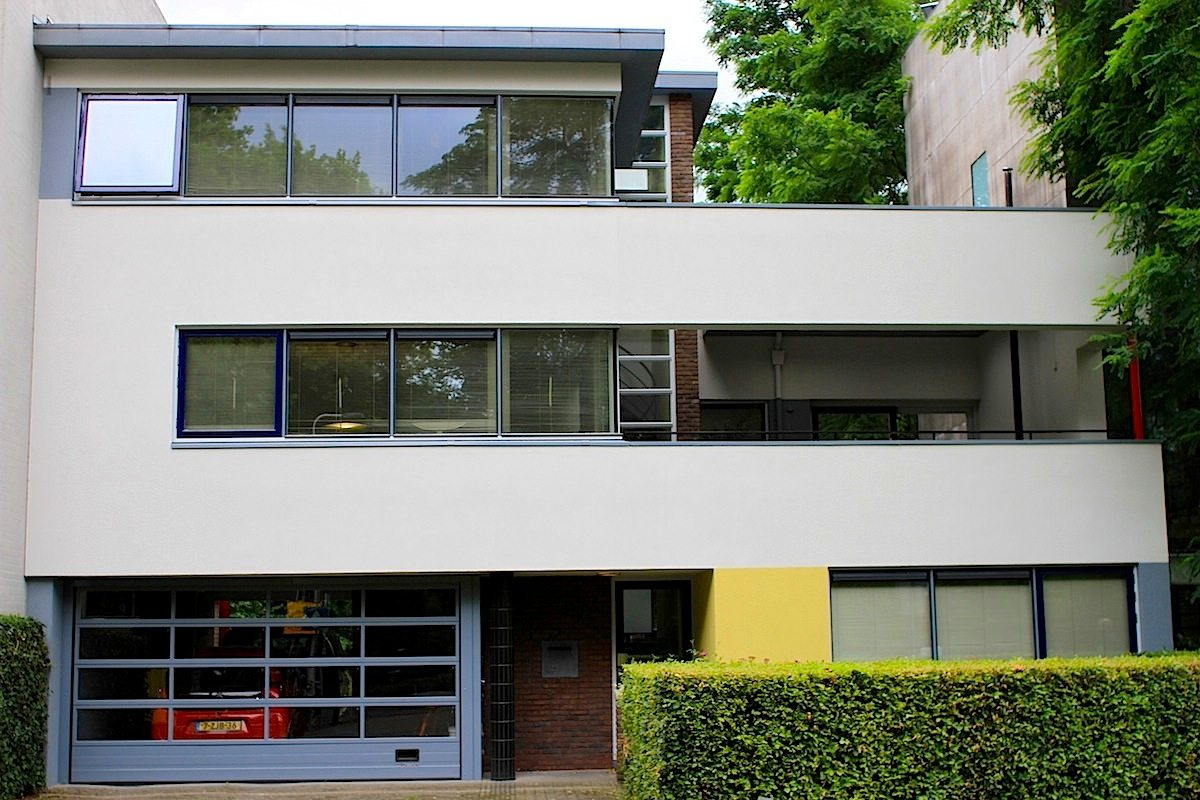 """""""Seine besten Arbeiten .... schuf Rietveld in den 1930er Jahren für Privatkunden ... Bei vielen freistehenden Einfamilienhäusern, die er zwischen 1931 und 1936 baute, kombinierte er rechtwinklige und zylindrische Volumen"""", so Ida van Zijl im Buch """"Gerrit Rietveld – Die Revolution des Raums"""" (bei Vitra Design Museum). Weiter heißt es zu Rietvelds Einfluss: """"Er experimentierte als Erster mit den konstruktiven und ästhetischen Möglichkeiten und Eigenschaften der geschwungenen Form."""""""