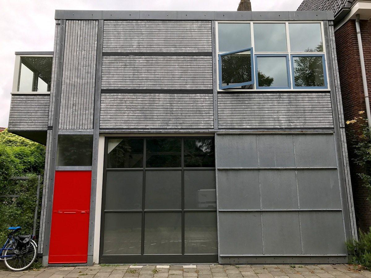 Garage mit Chauffeurswohnung, 1928. in Waldeck Pyrmontkade 20, unweit des Wilhelminaparks. Das Grundgerüst bildet ein Stahlskelett, das mit Mauerwerk ausgefacht und mit Betonplatten verkleidet wurde.